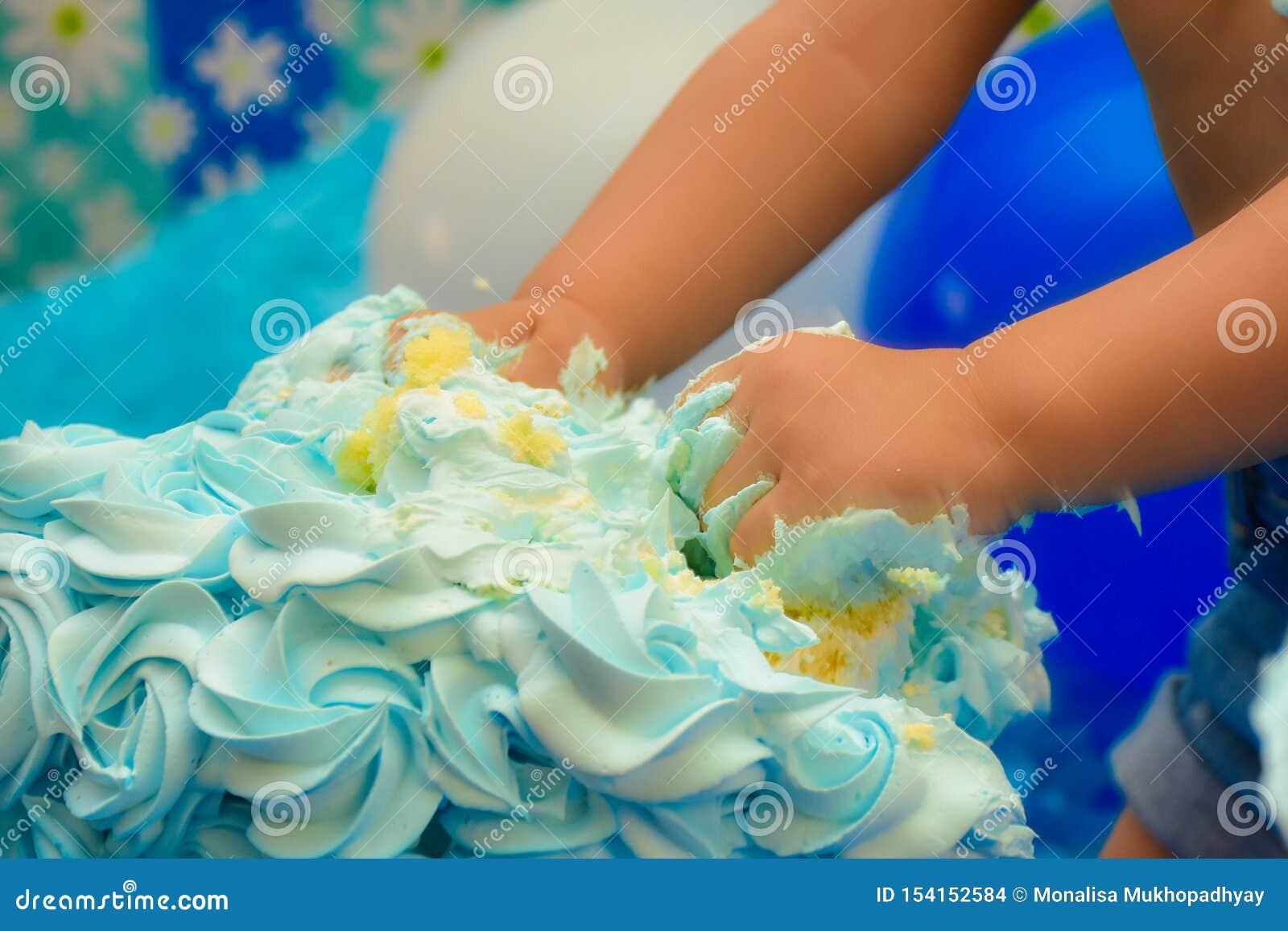 Poco manos que rompen la torta en cumpleaños