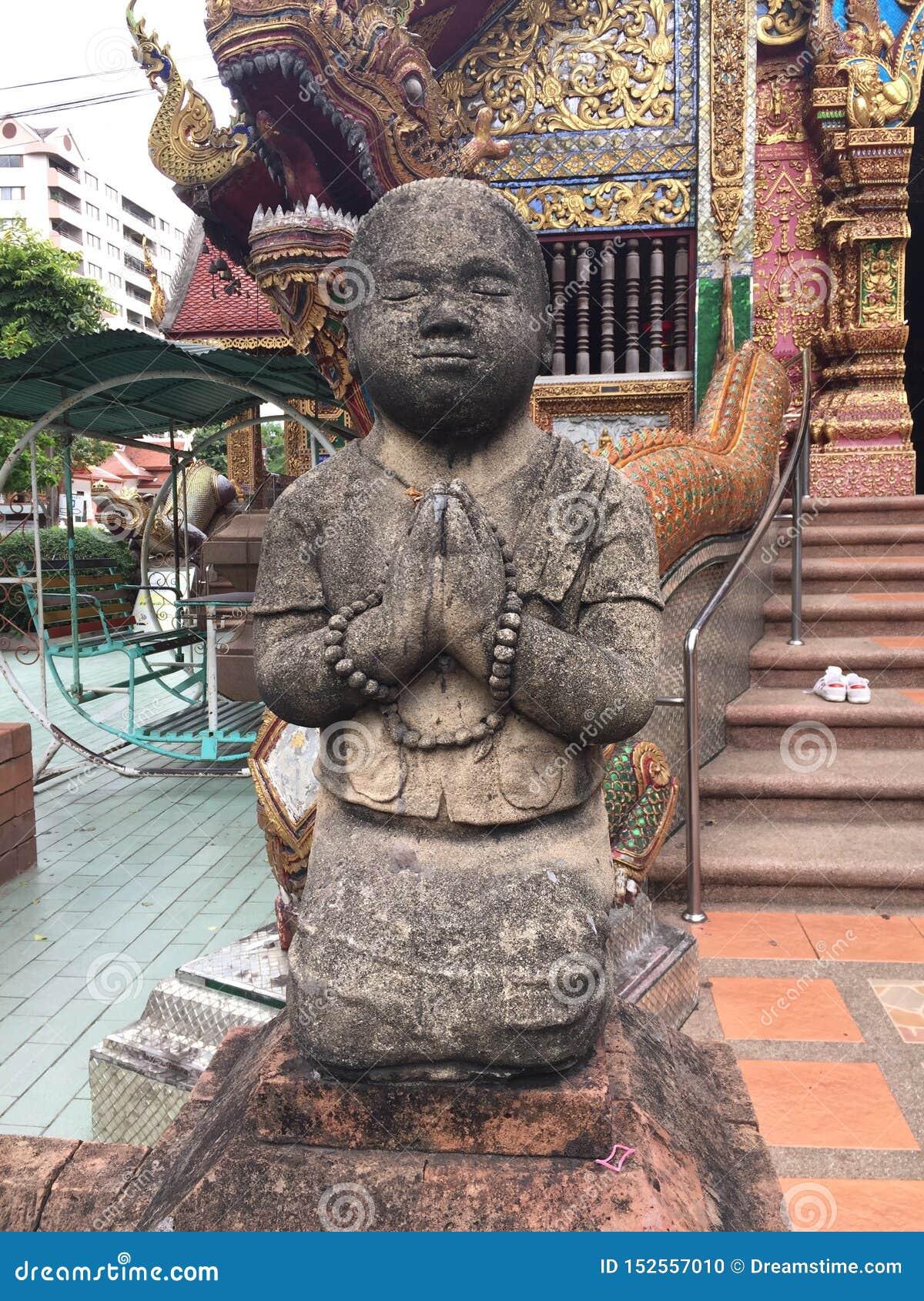 Poco monje Sculpture en el templo de Chiangmai