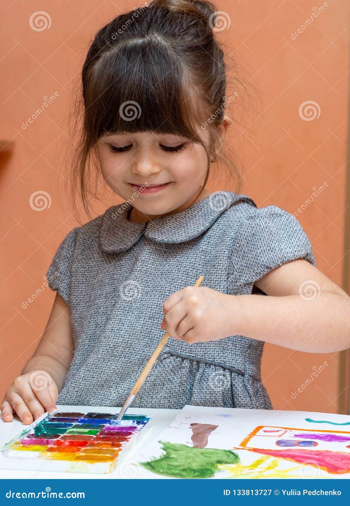 Poco pintura europea de la muchacha en la tabla dentro