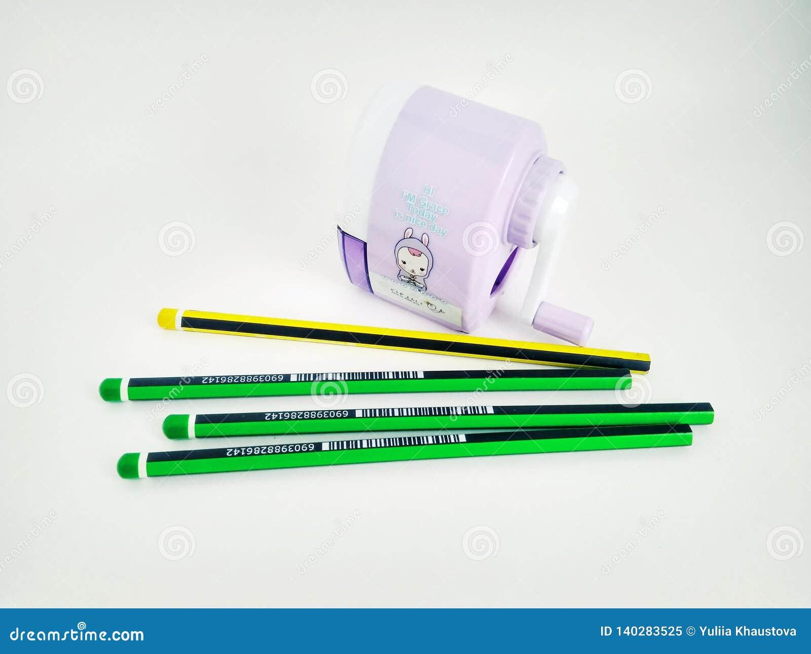 Pocos lápices y sacapuntas mecánicos en blanco