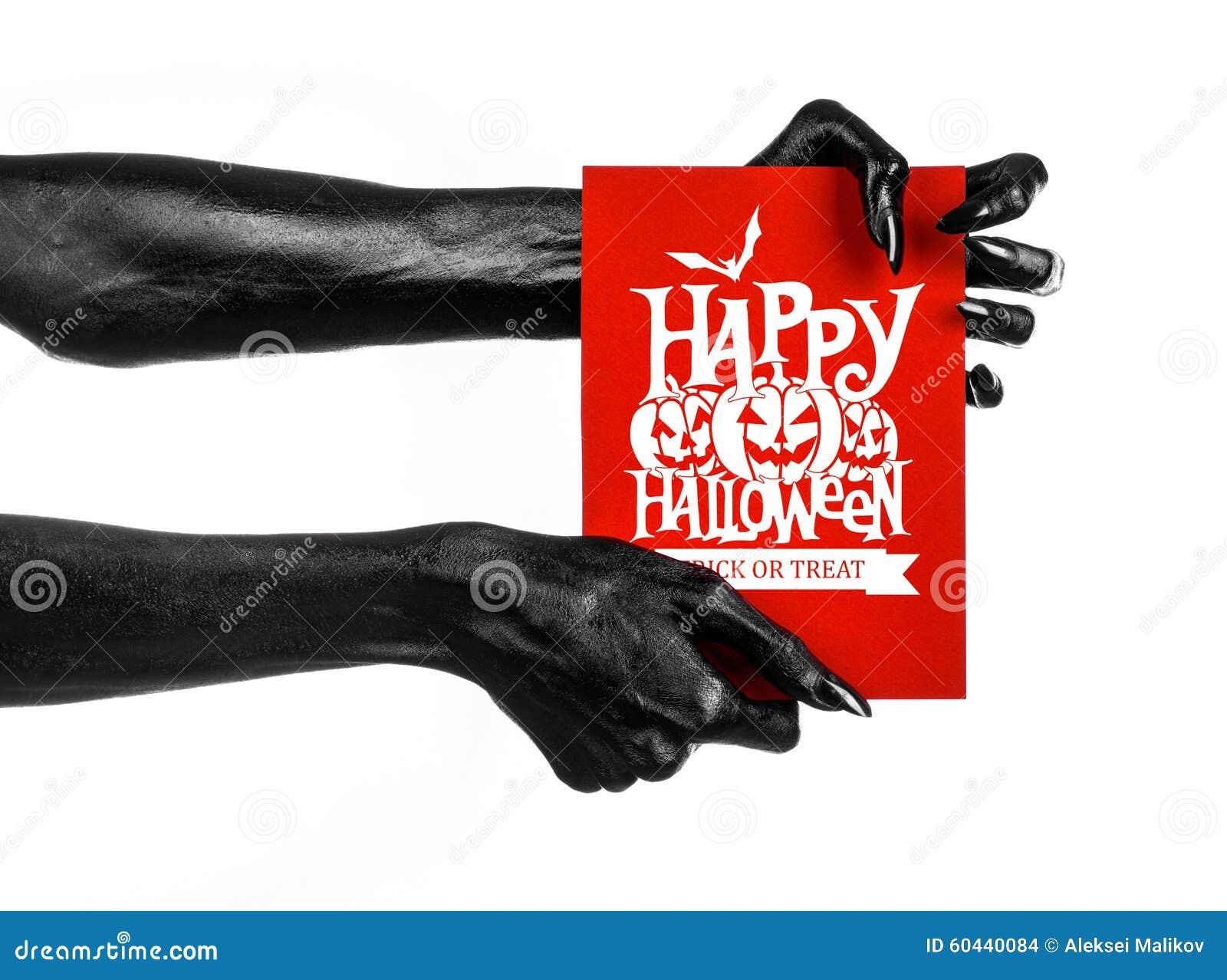 Pocztówkowy i Szczęśliwy Halloweenowy temat: czarna ręka trzyma papierową kartę z słowami Szczęśliwy Halloween na śmierć biali od