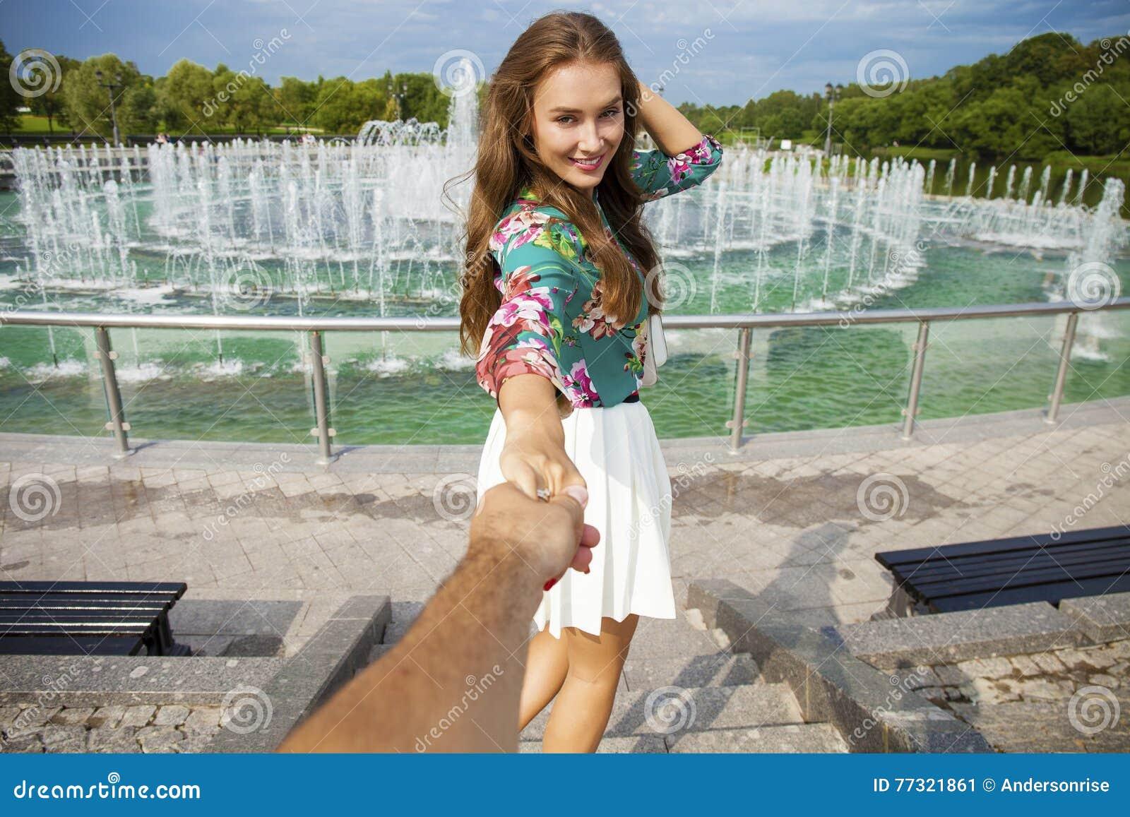 Podąża ja, Piękni młoda kobieta chwyty ręka mężczyzna