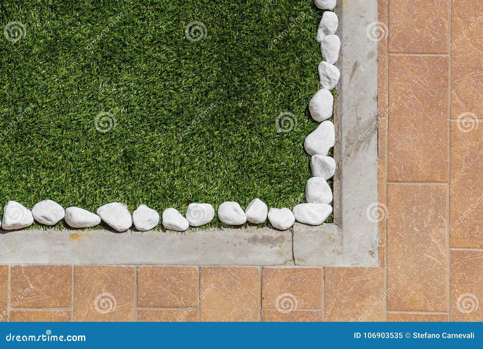 Podłogowy projekt z płytkami i ornamentacyjnym żwirem Różnorodni materiały dla podłoga w ogródzie Fachowy ogrodnictwo