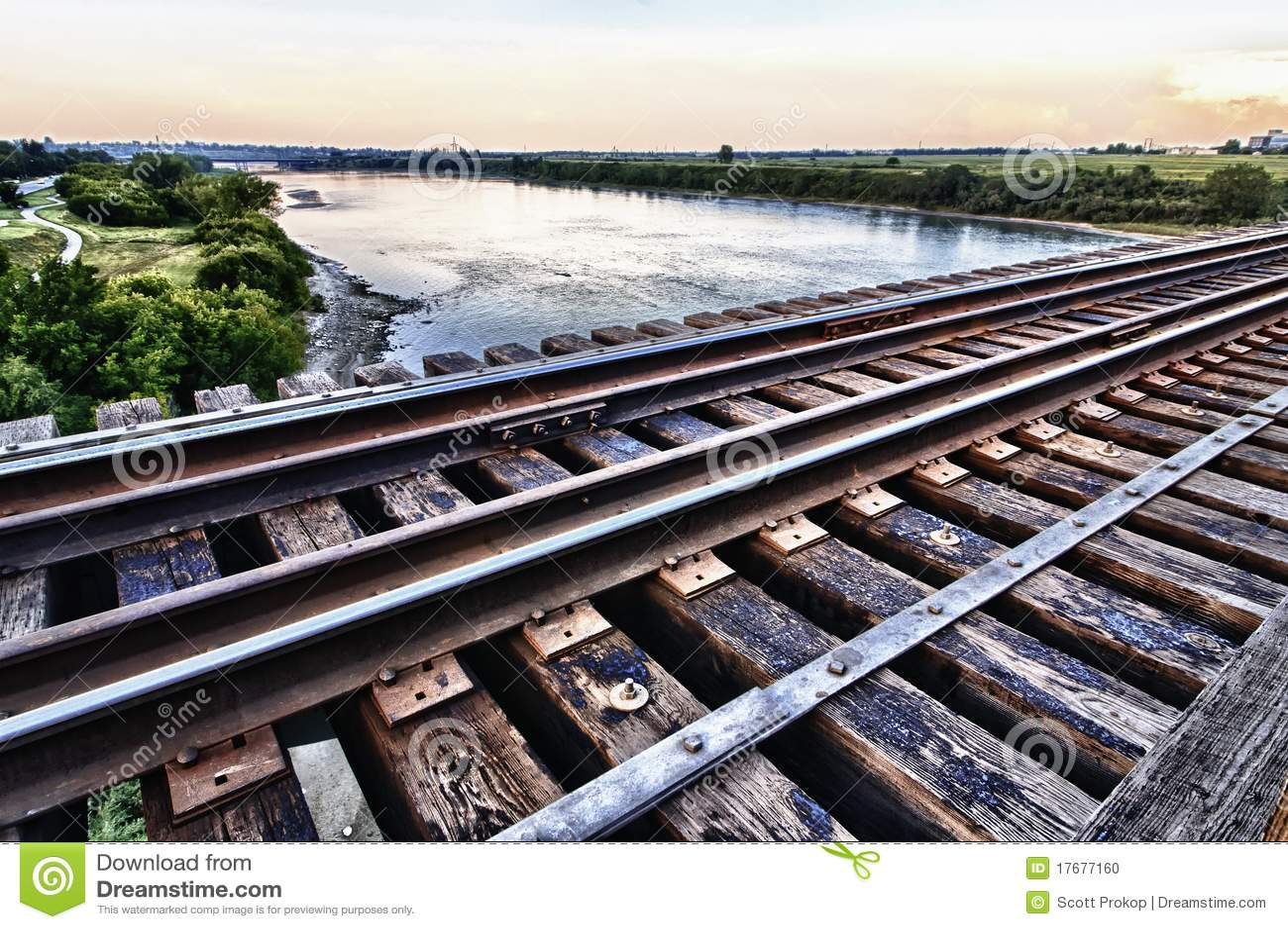 Pod bridżową wysokością nad rzeki pociągiem
