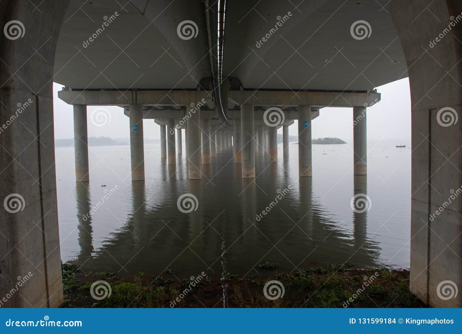 Pod mostem z odbiciem
