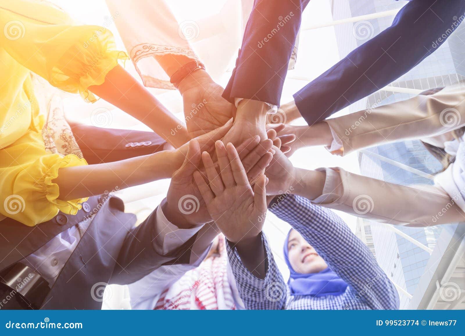 Pod widokiem ludzie biznesu ręk wpólnie i pracy zespołowej pojęcie