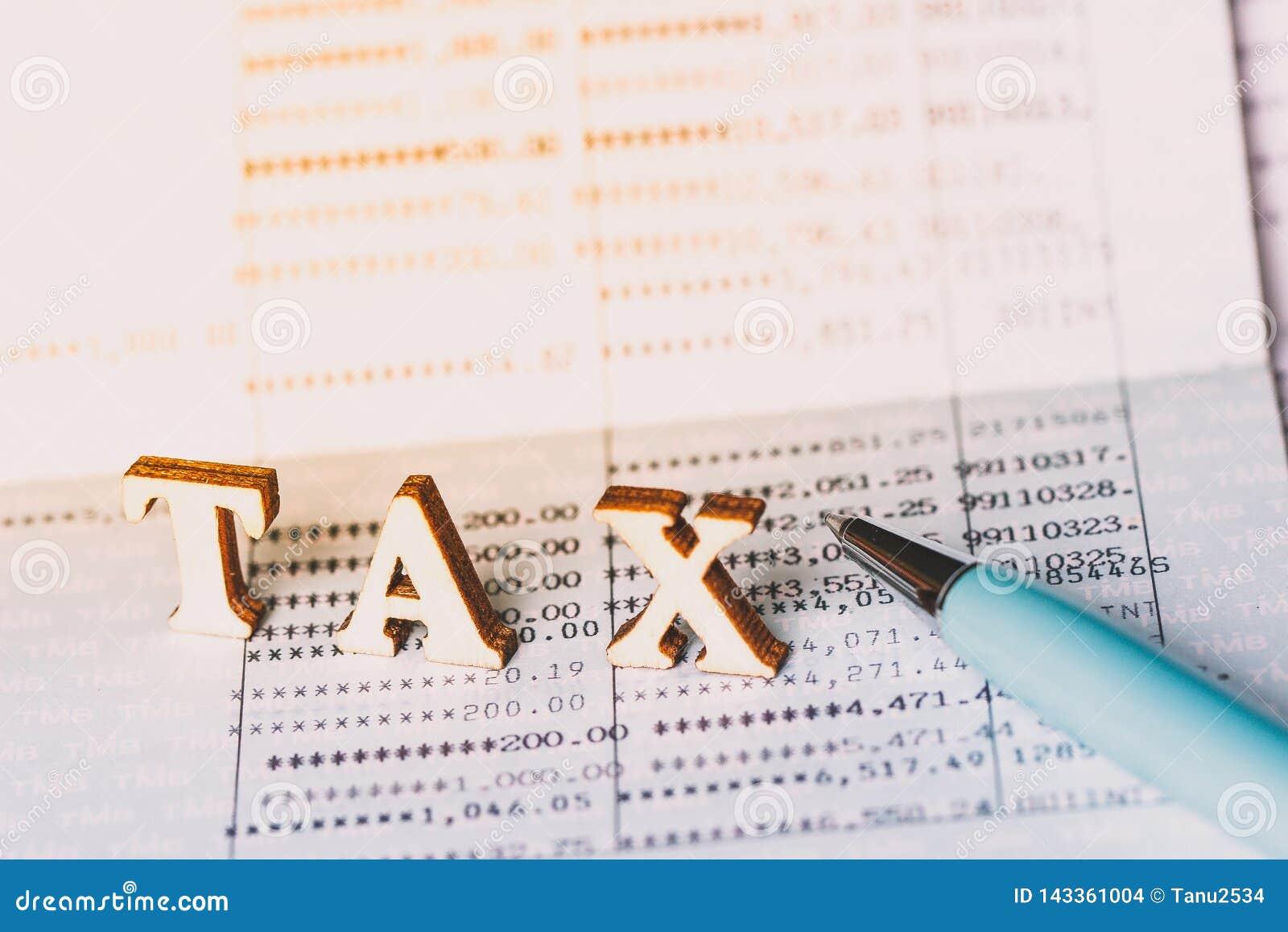 Podatku pojęcie z drewnianym blokiem Podatki na nieruchomości, zapłata