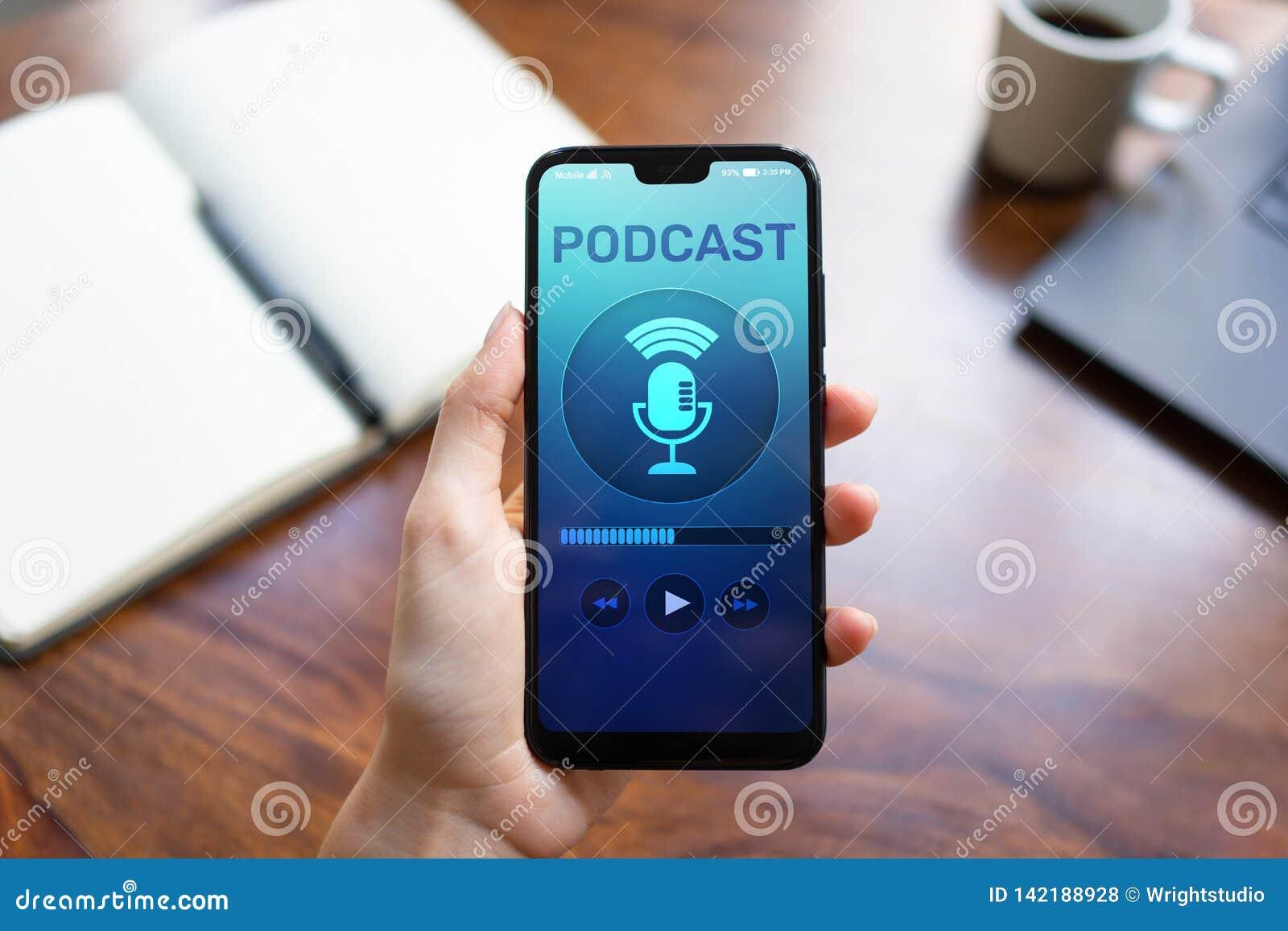 Podcast het spelen of het registreren toepassing op het mobiele telefoonscherm Radio de media van Internet concept
