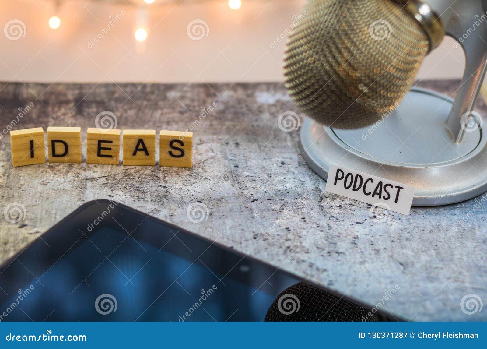 Podcastidébegrepp med mikrofonen och minnestavlan på tabellen