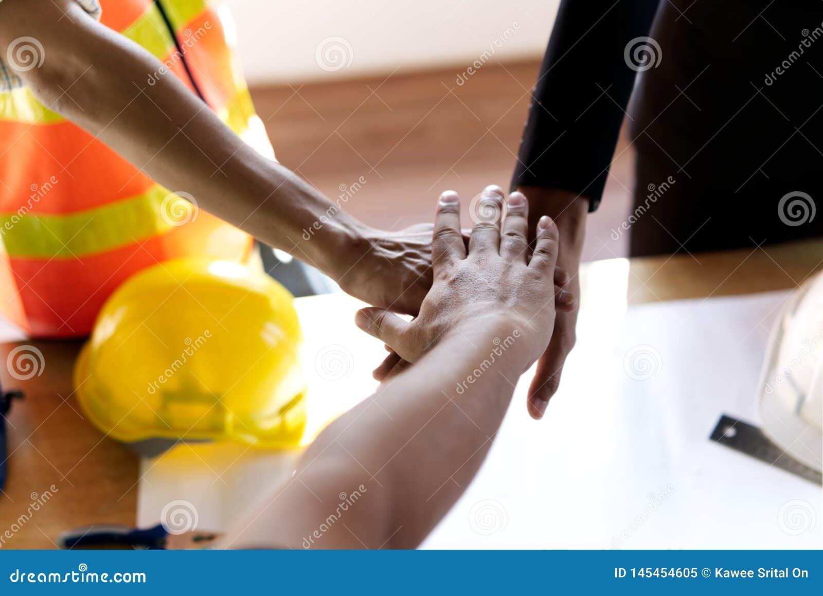 Poder de la cooperación y del buen trabajo en equipo en el negocio de construcción Para tener éxito la meta y las sociedades s
