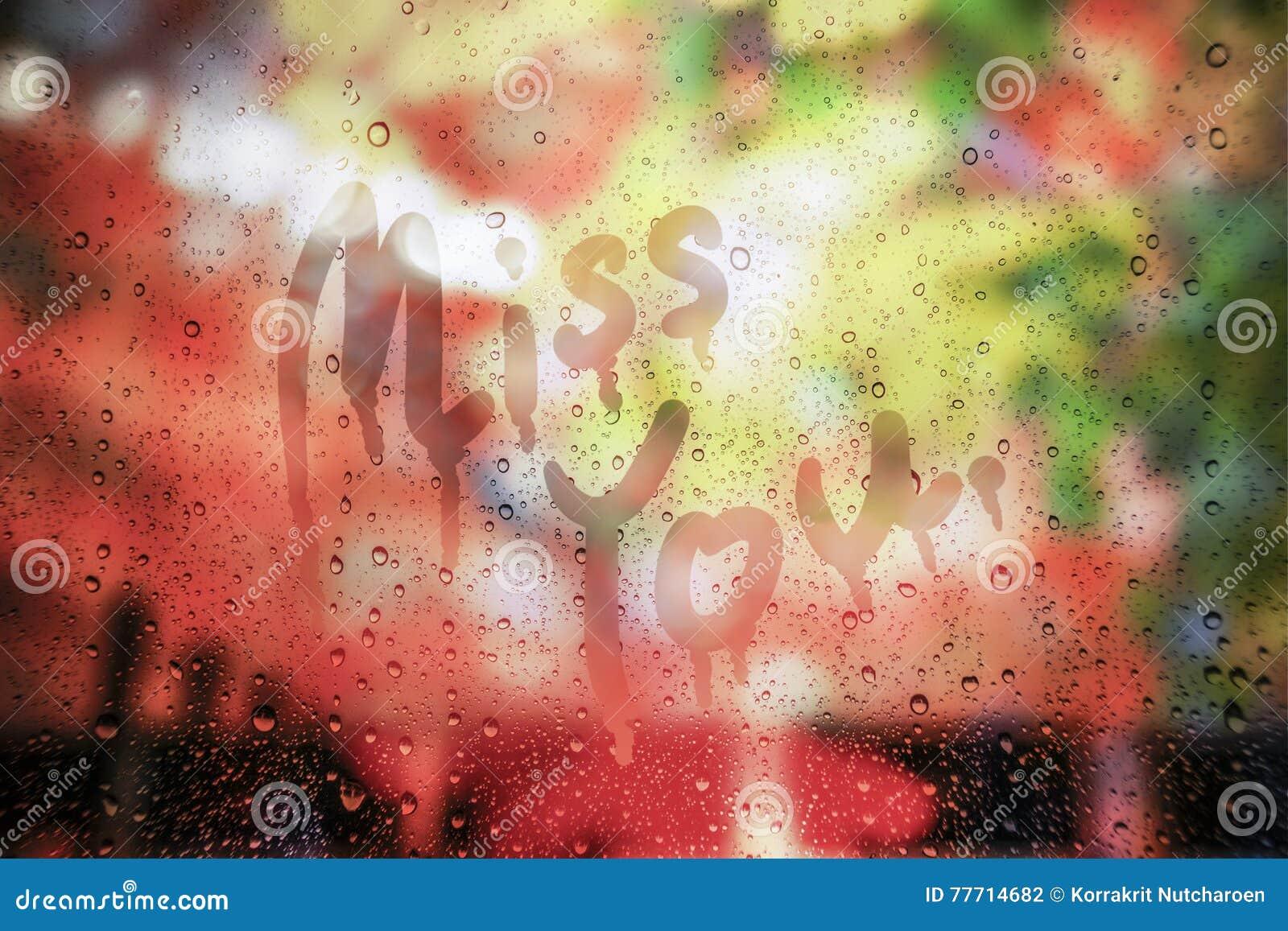 Podeszczowa kropla na szkle z chybienie ty tekst pisać na szkle, zamazany tło, miłości pojęcie, brakuje ci pojęcie