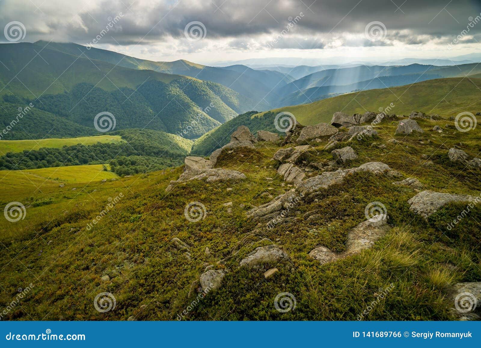 Podeszczowe chmury nad Carpathians Panorama Borzhava grań Ukraińskie Karpackie góry