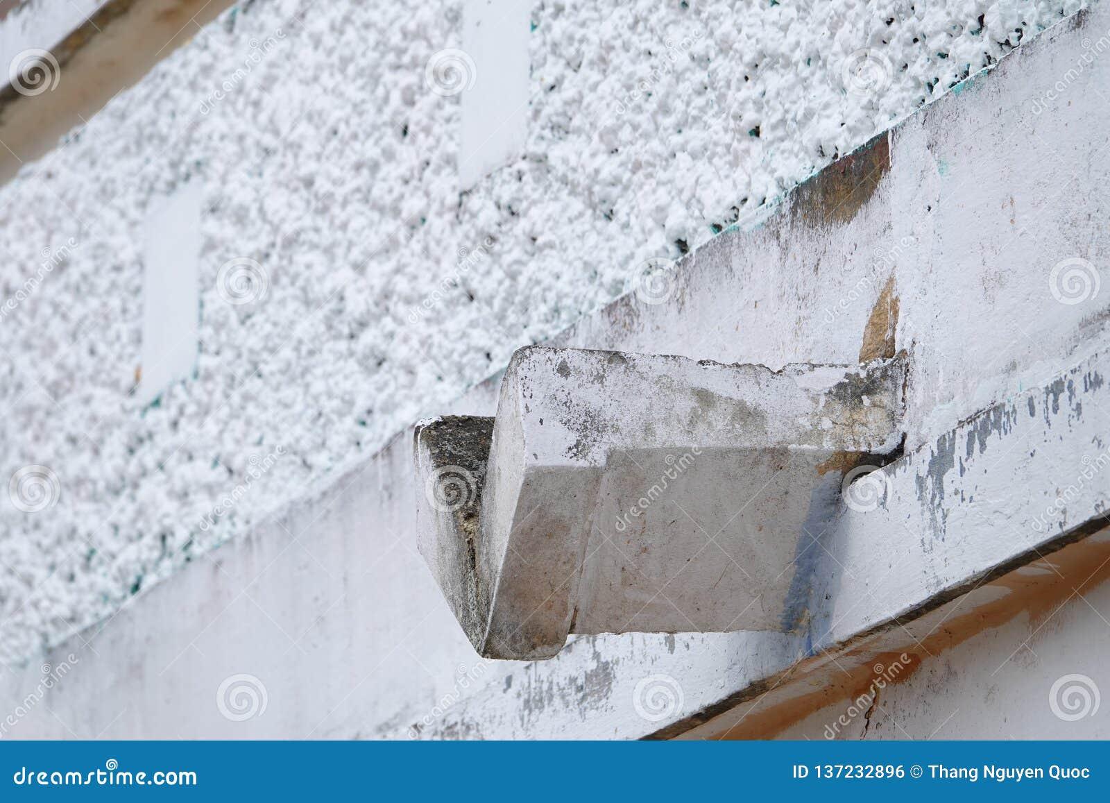 Podeszczowy downspout w antykwarskiej budowie