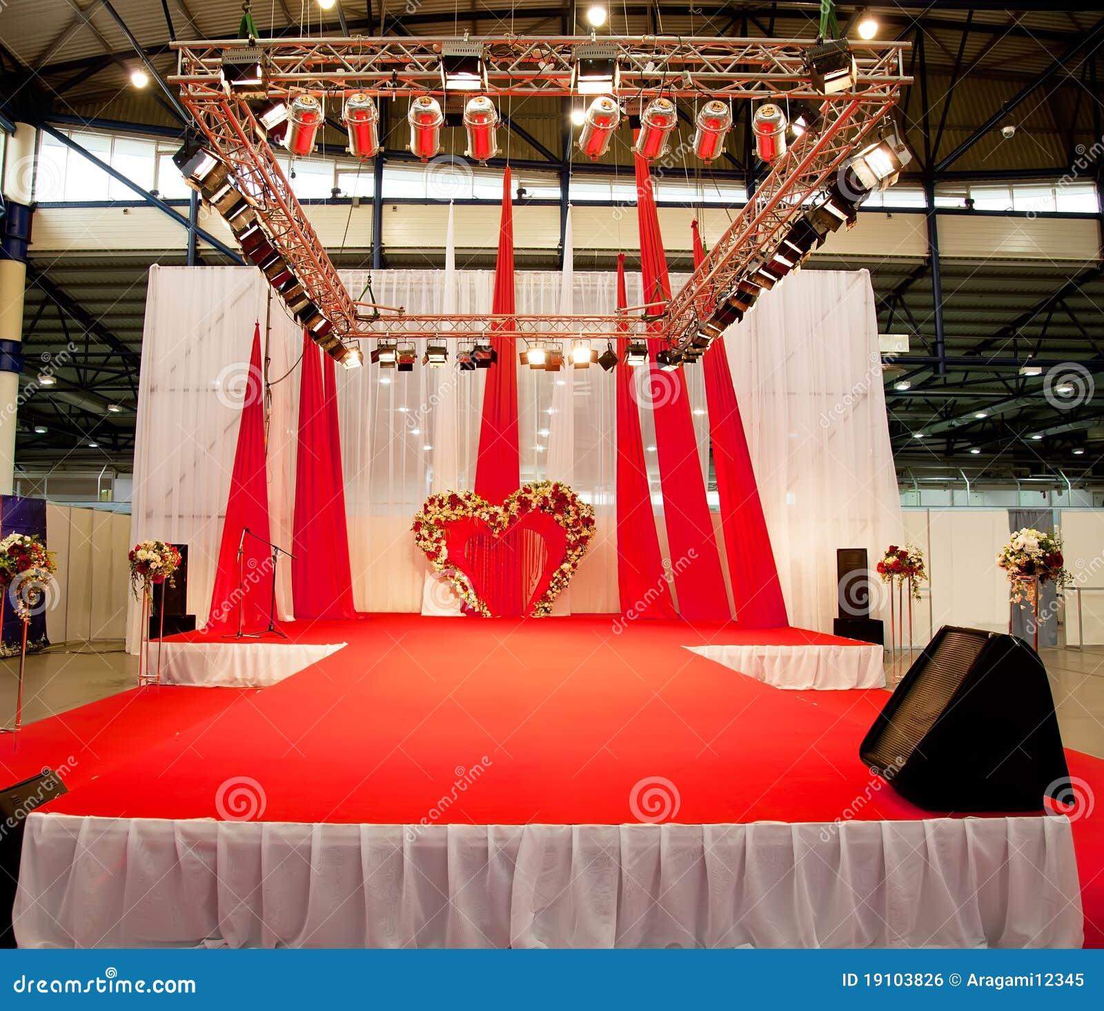 podiume de mariage couvert du tapis rouge photo stock. Black Bedroom Furniture Sets. Home Design Ideas