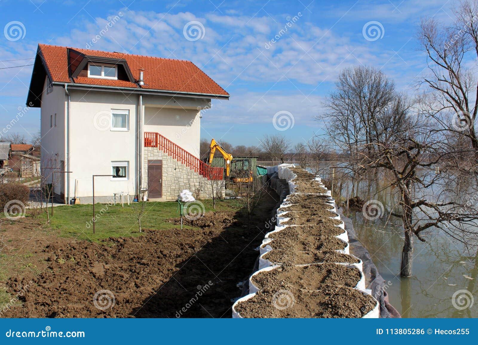 Podmiejski dom ochraniający z powodzi ochroną od powstającej rzeki