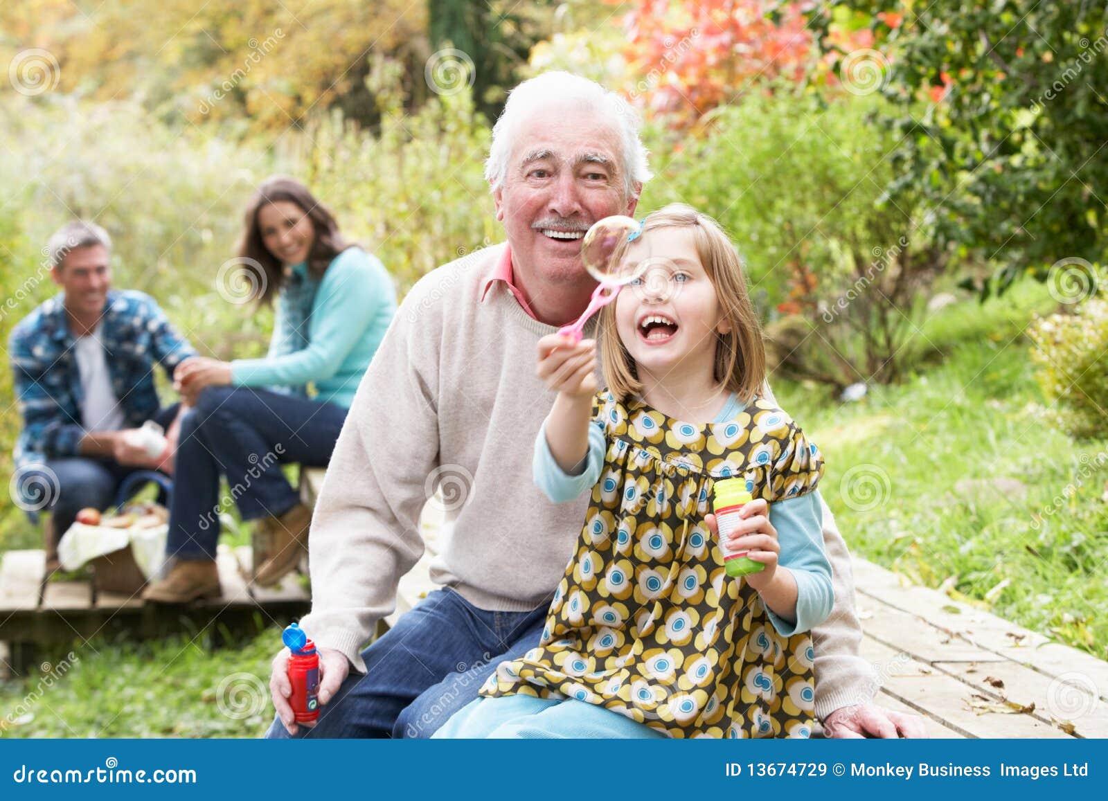 Podmuchowy bąbli wnuczki dziad