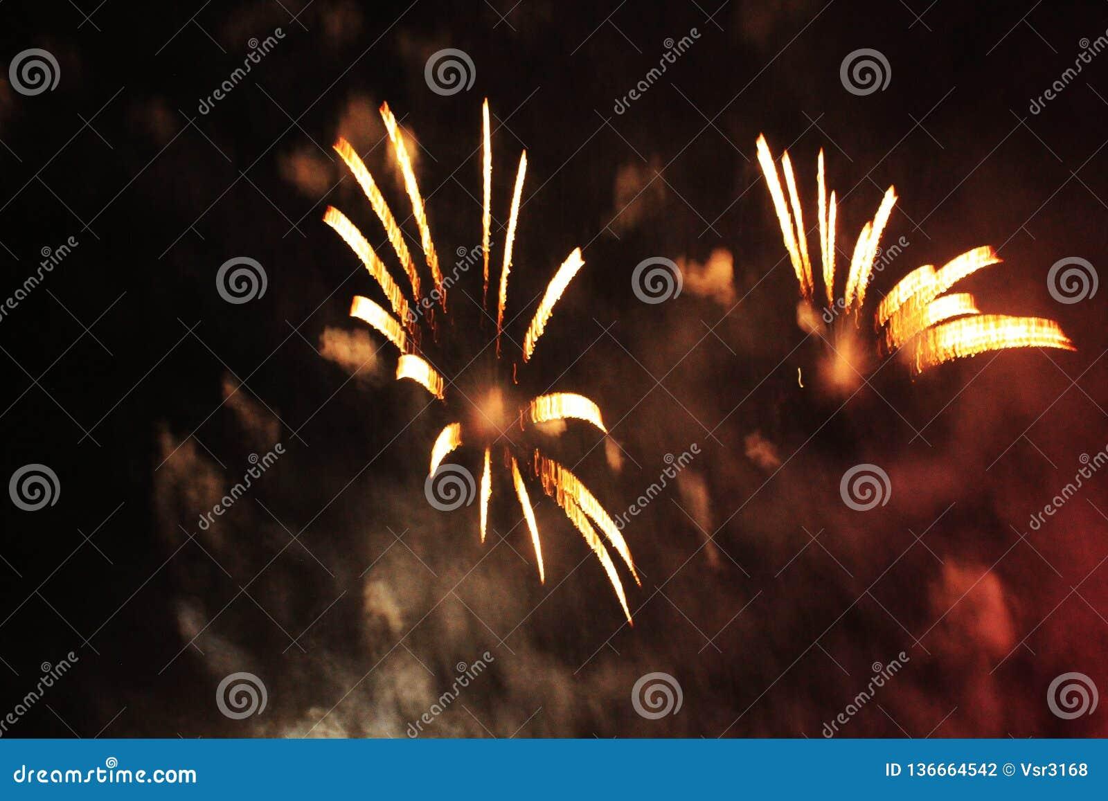 Podpala przedstawienie Nocy t?o fajerwerki fajerwerk Świętowanie boże narodzenia i nowy rok w jaskrawym orazhevy racy kolorowym