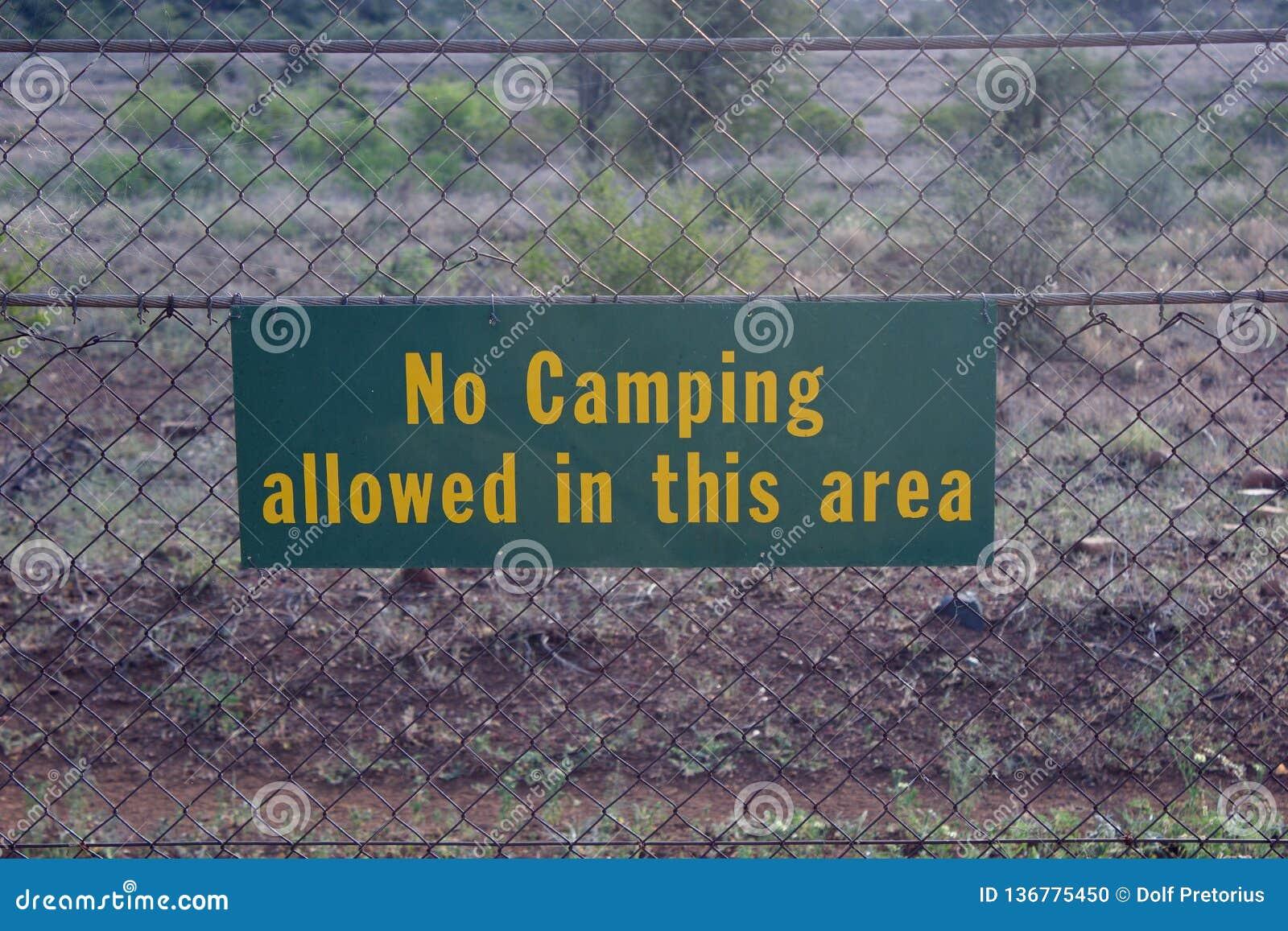 Podpisuje przeciw ogrodzeniu z słowami Żadny camping pozwolił w ten terenie