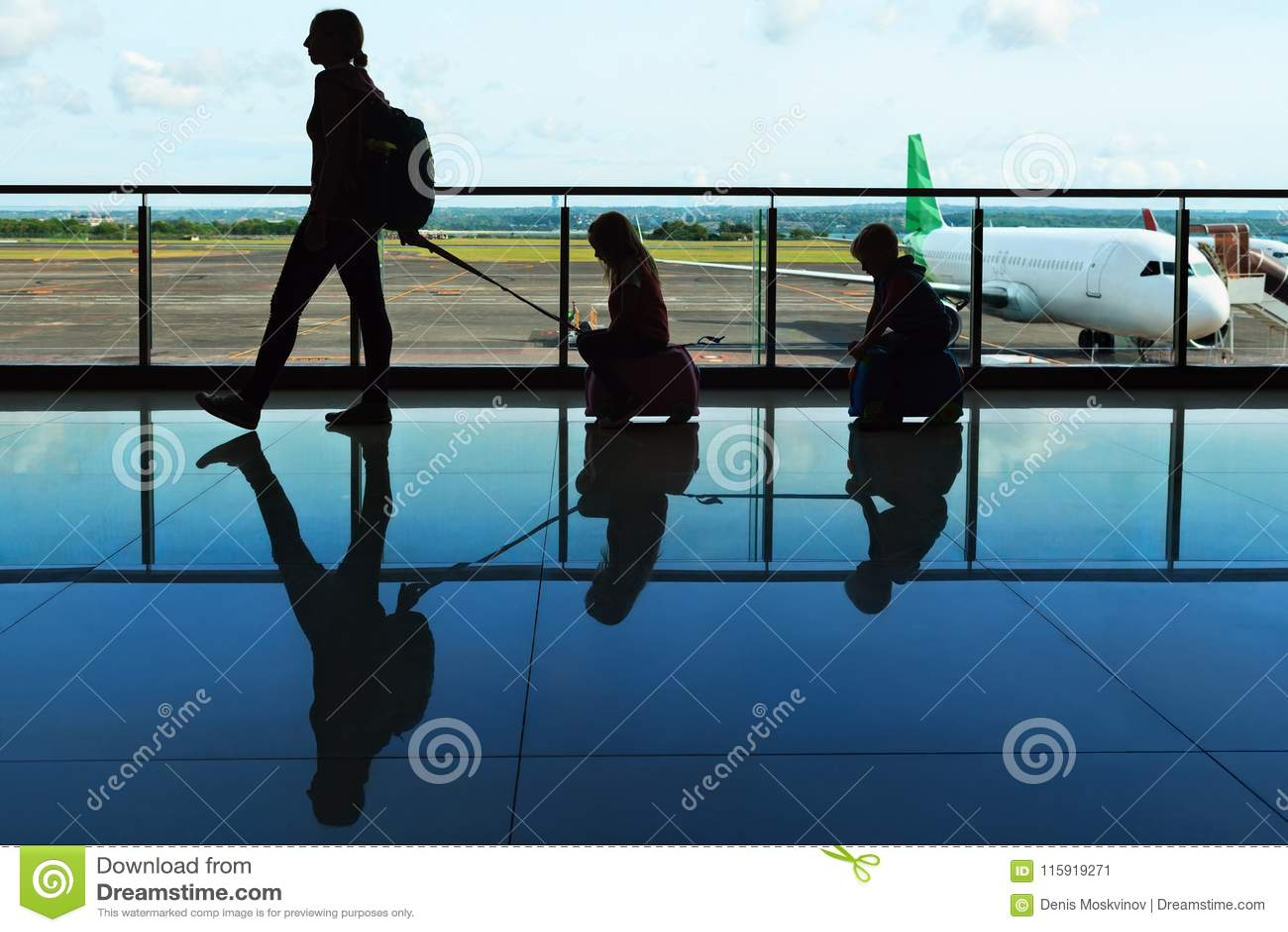Podróżna rodzina w lotnisku