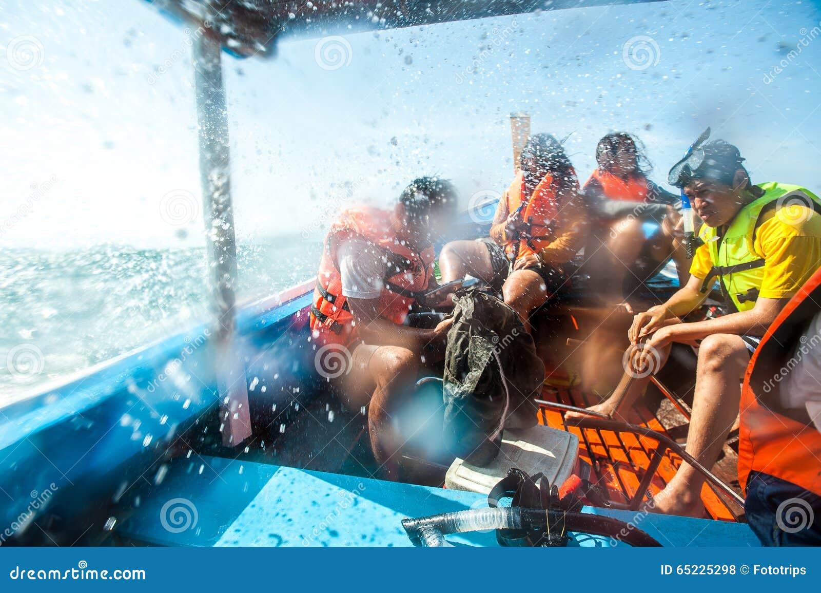 Podróżnicy są pływający i snorkeling w Andaman morzu