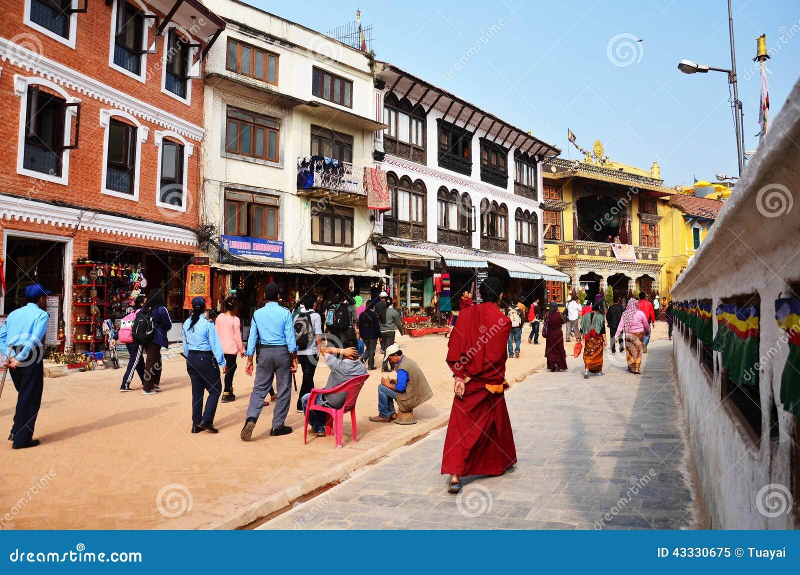 Podróżnik i Nepalscy ludzie na ulicie Boudhanath świątynia iść Bodnath stupa dla my modlimy się w Kathmandu