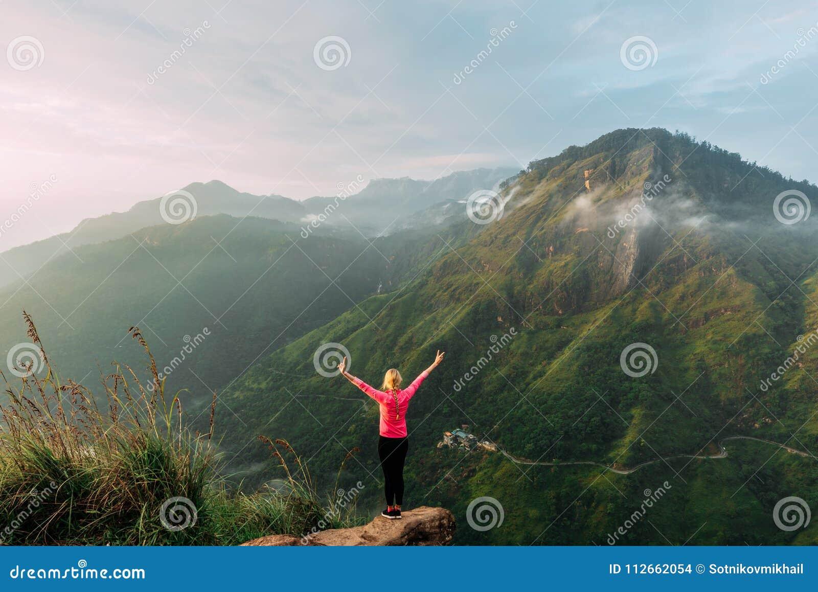 Podróżnik spotyka świt w górach