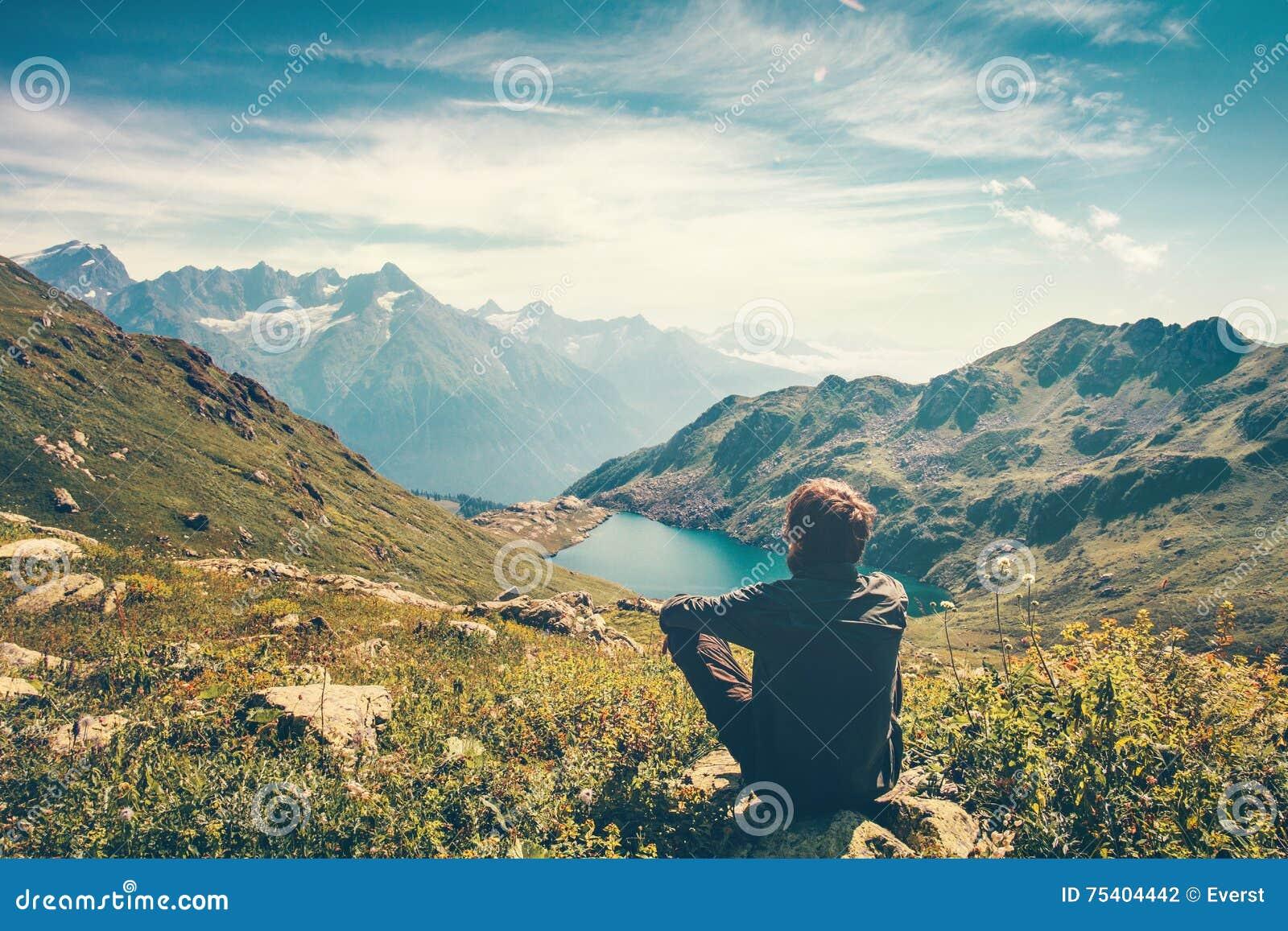 Podróżnika mężczyzna relaksująca medytacja z spokojnym widokiem