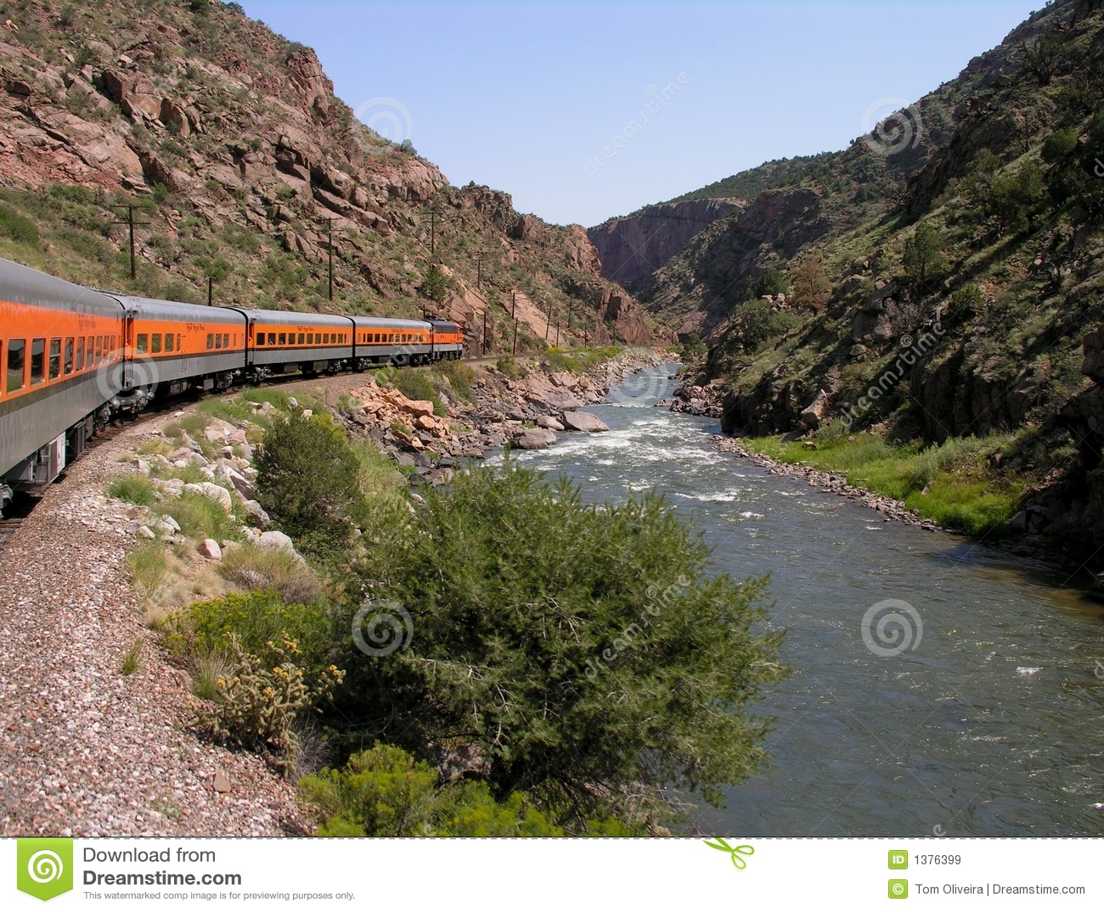 Podróżować wzdłuż rzeki pociągu