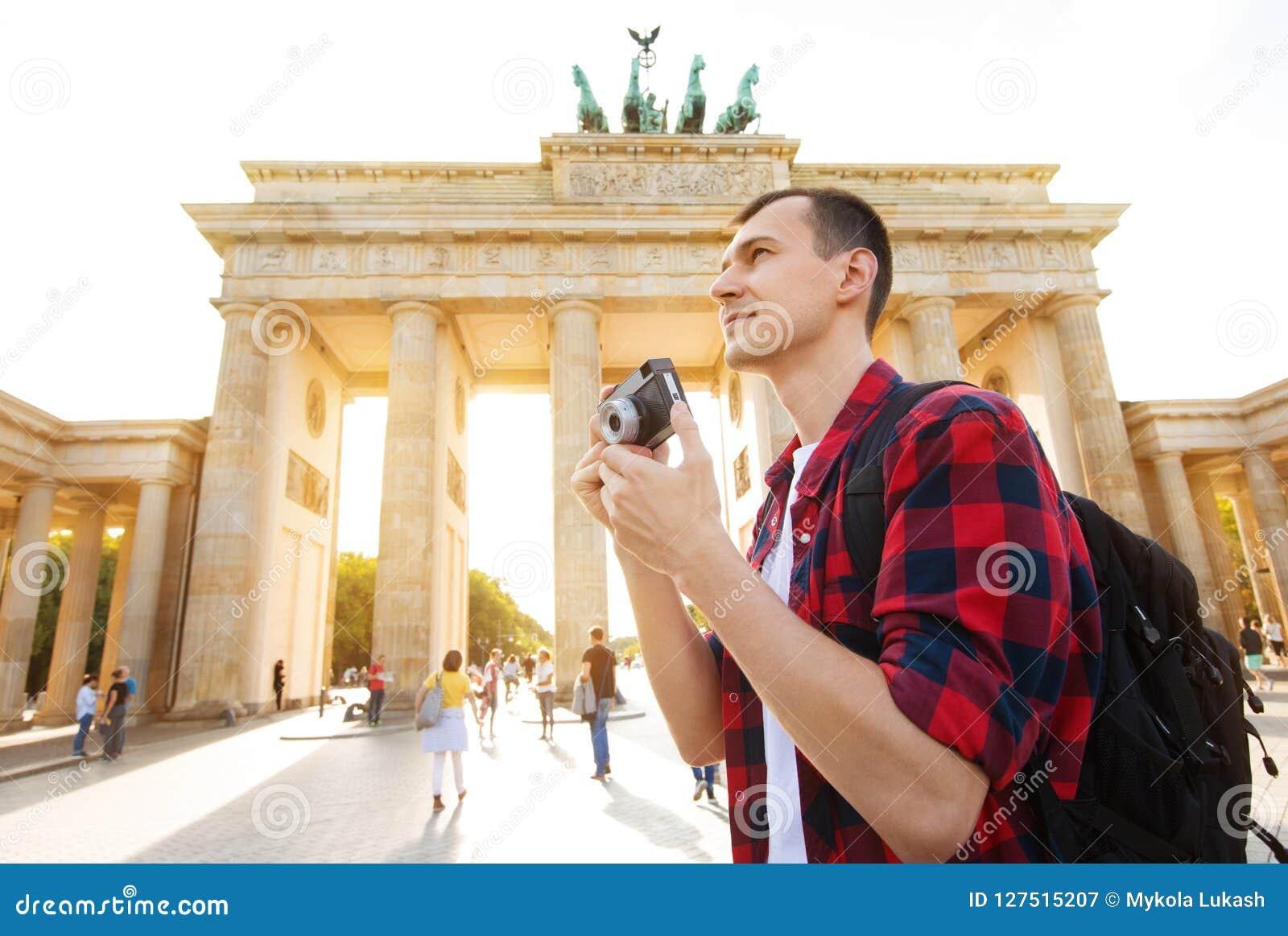 Podróżuje w Berlin, turystyczny mężczyzna z kamerą przed Brandenburg bramą, Berlin, Niemcy