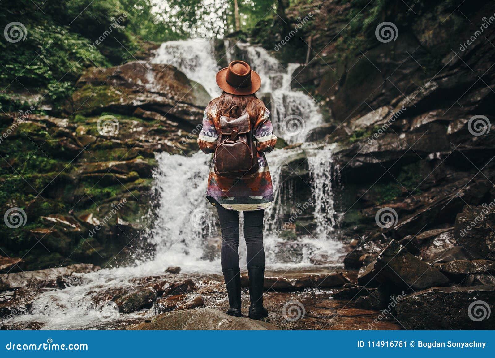 Podróży i podróżomanii pojęcie elegancka modniś dziewczyna w kapeluszu z