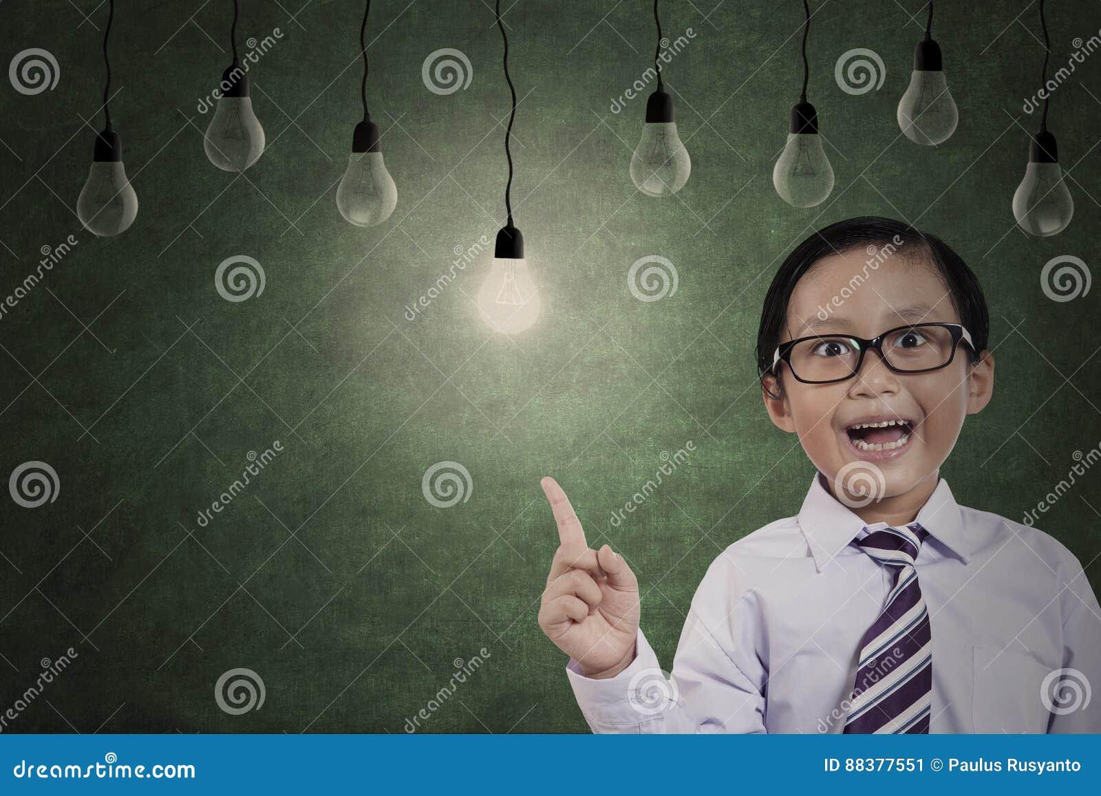 Podstawowy uczeń z żarówkami