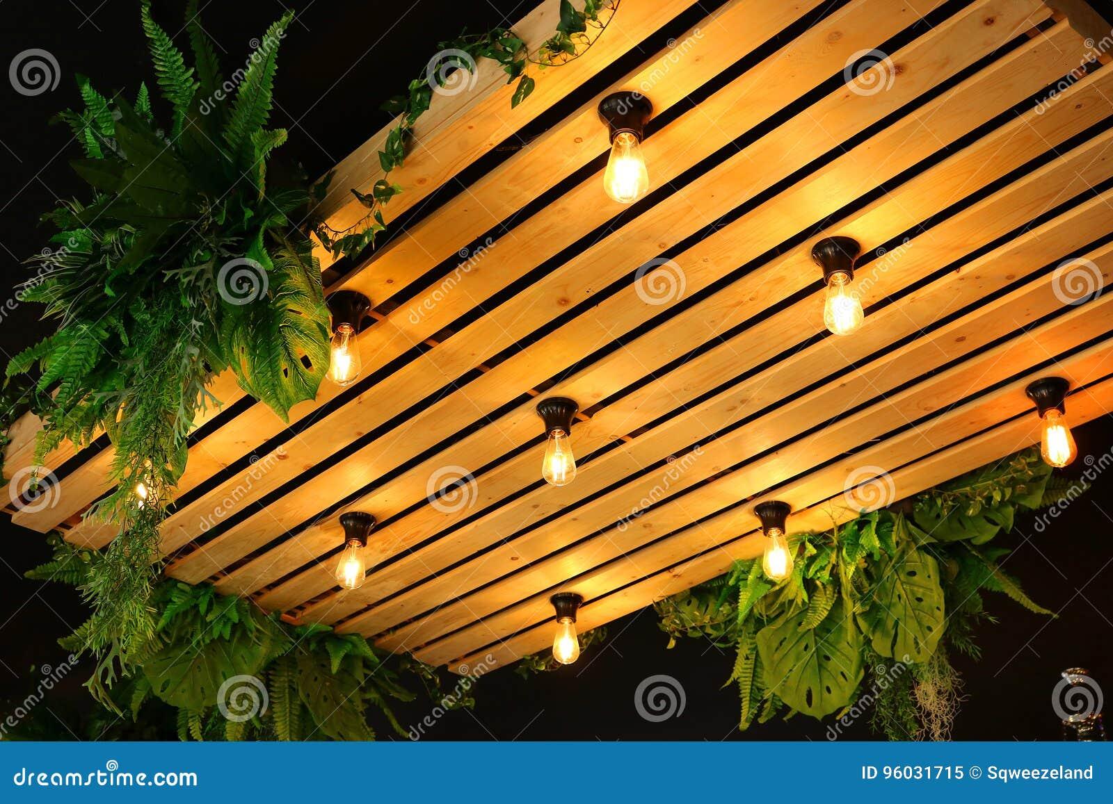 Podsufitowe lampy dekorują