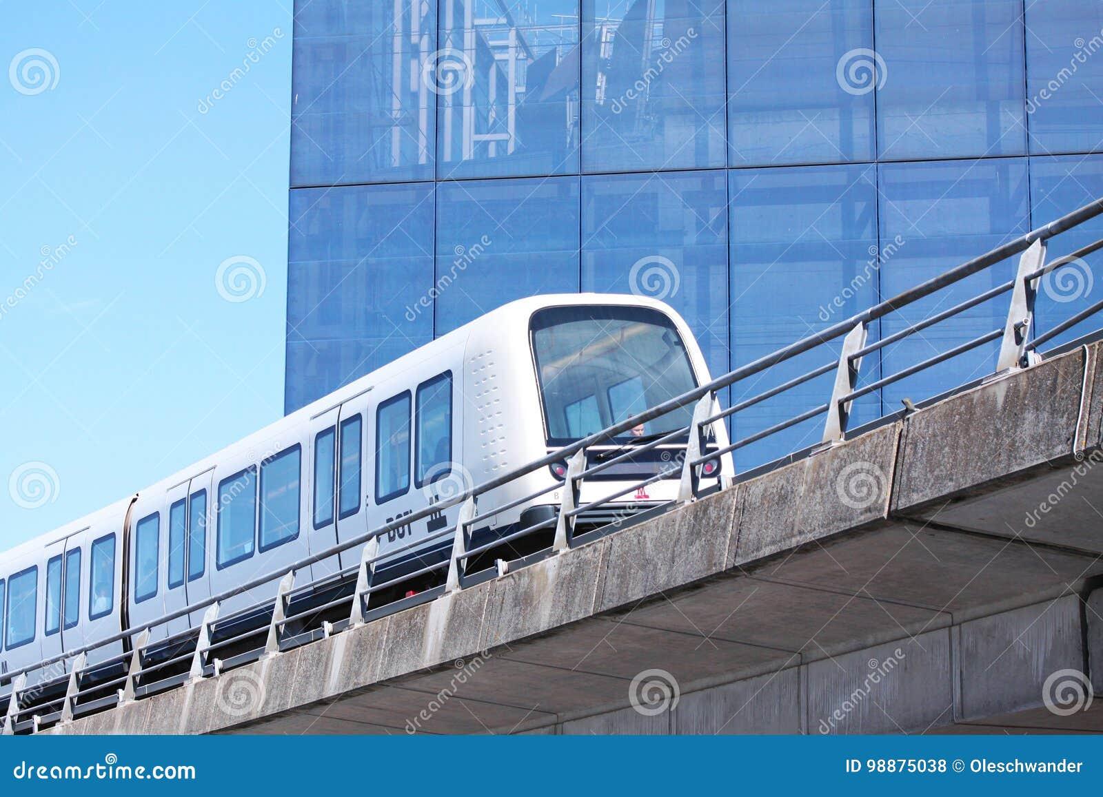 Podtrzymywalny driverless nowożytny światło poręcza metra pociąg na torze szynowym w Europa