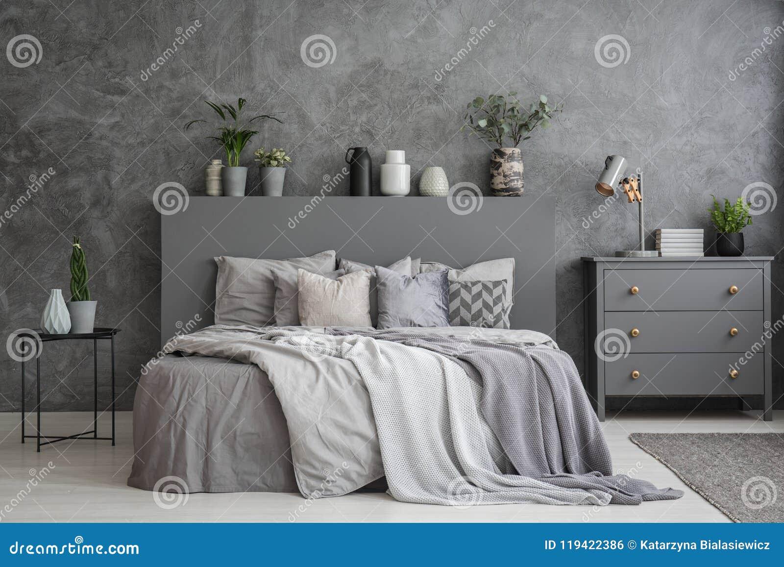 Poduszki Na łóżku Między Stołem I Gabinetem W Sypialni