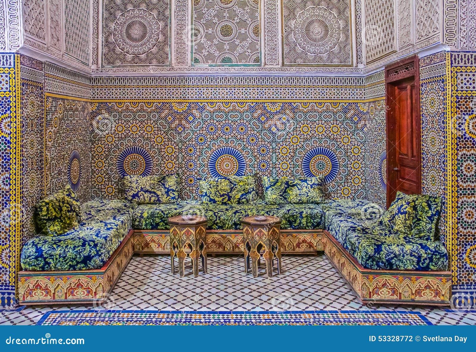 Podwórze dekorował z mozaiką i cyzelowaniami w Marokańskim riad