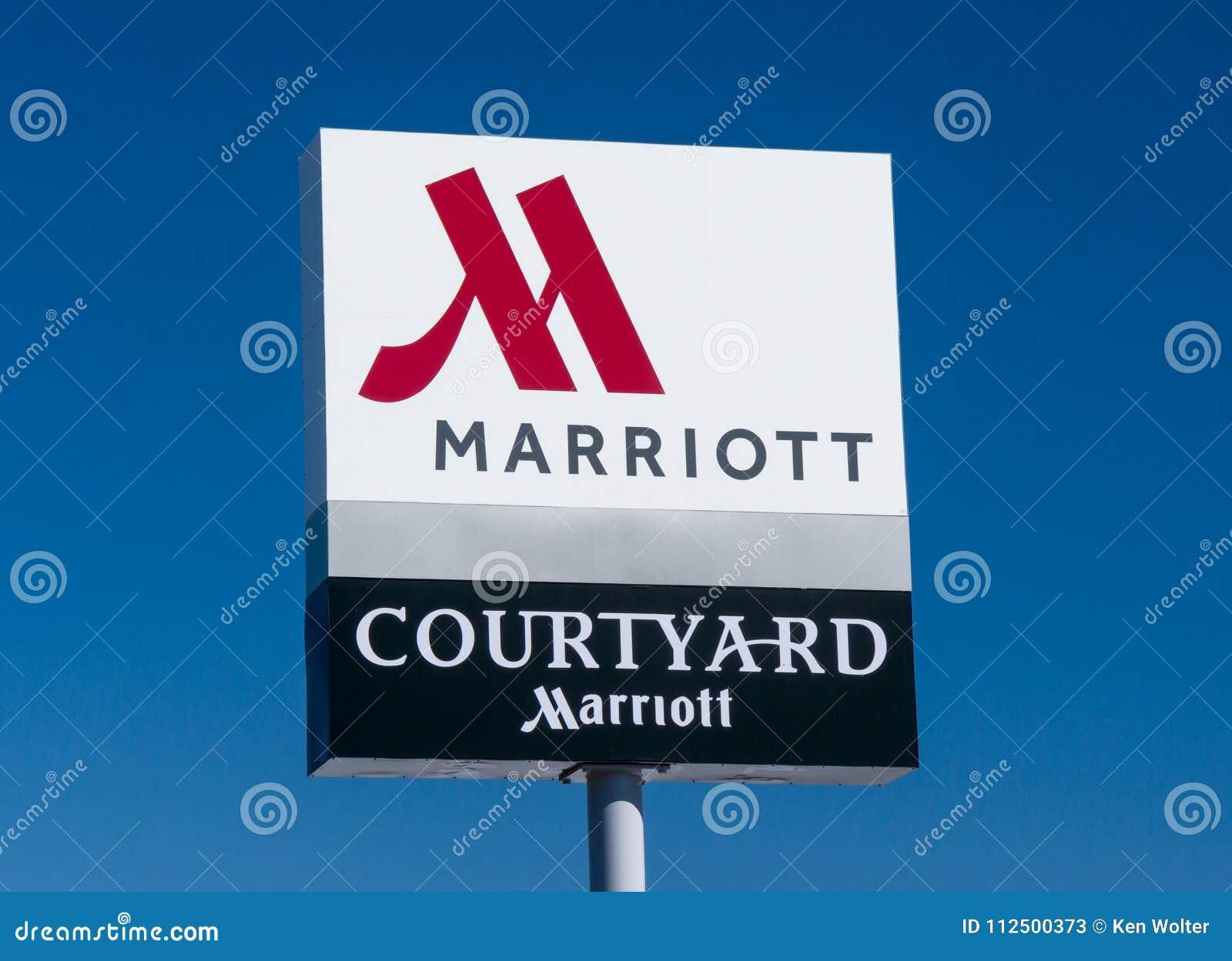 Podwórze Marriot powierzchowności logem i znakiem