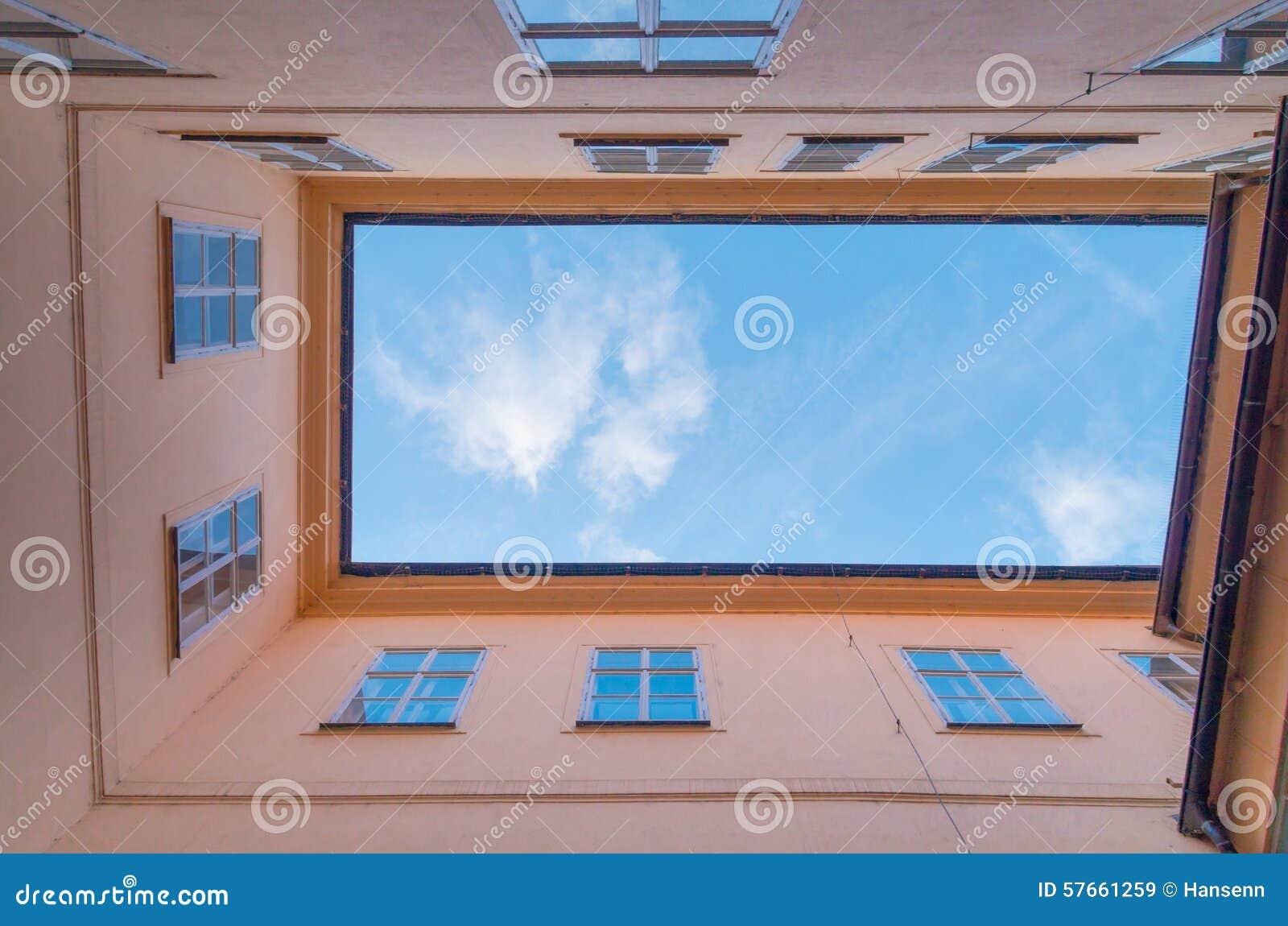 Podwórze z niebem