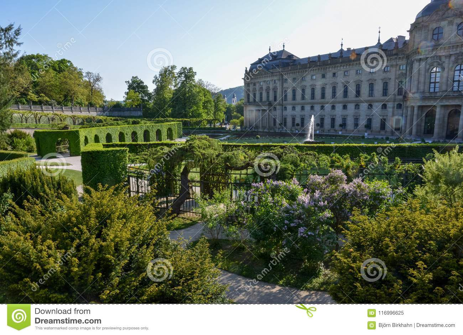 Podwórzowy ogród przy Wuerzburg siedzibą na słonecznym dniu
