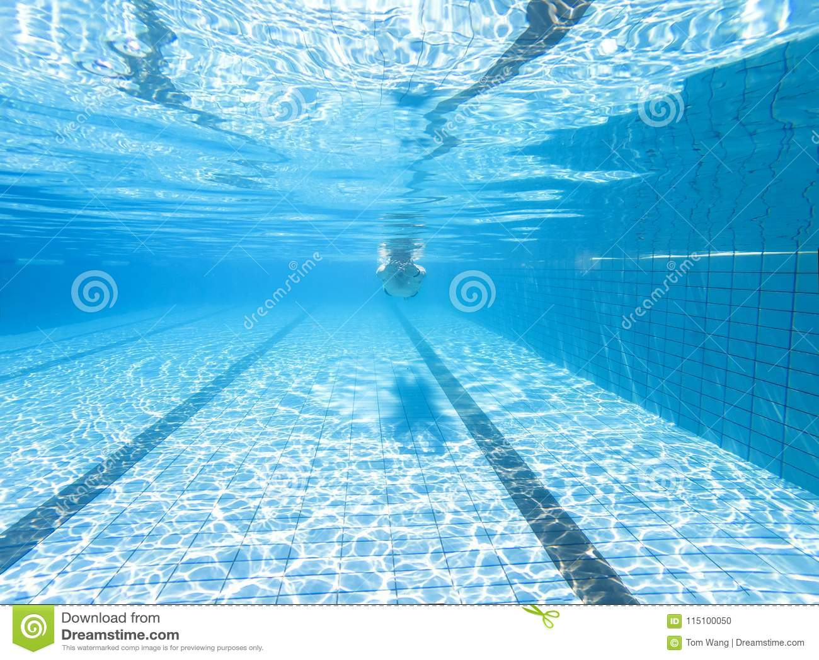 Podwodny widok mężczyzna w pływackim basenie