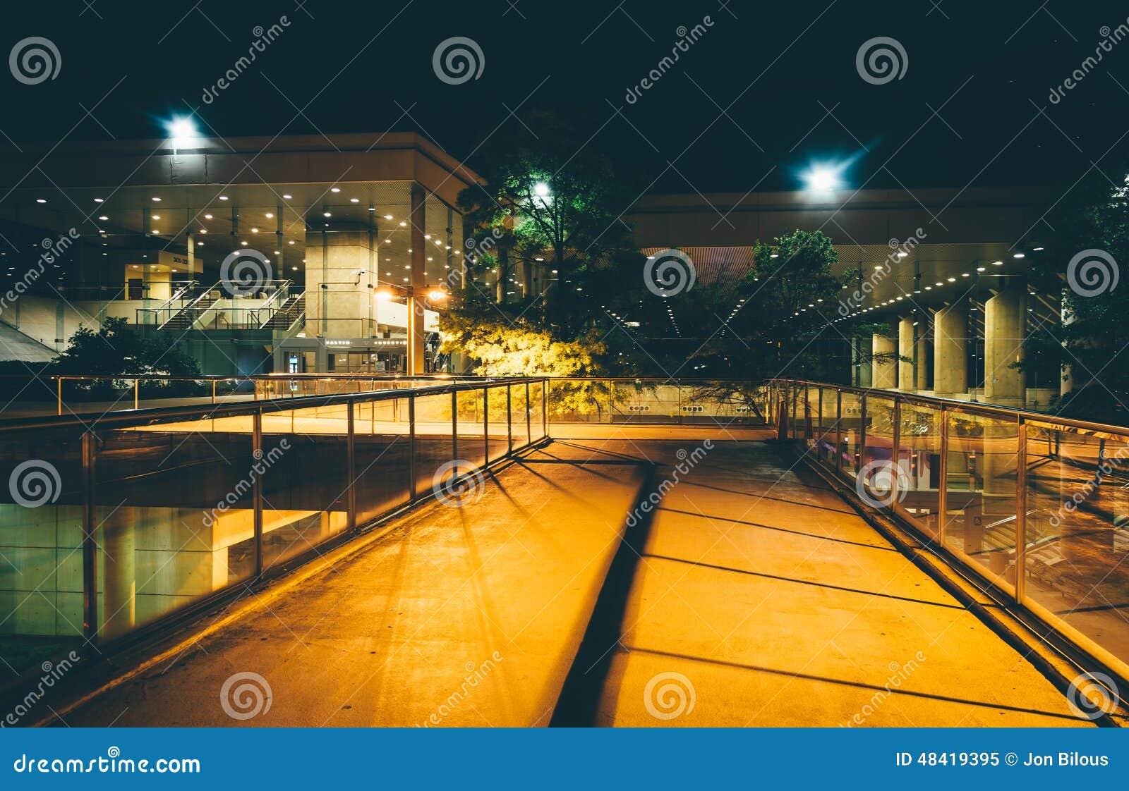 Podwyższony przejście i budynki przy nocą w Baltimore, Maryland