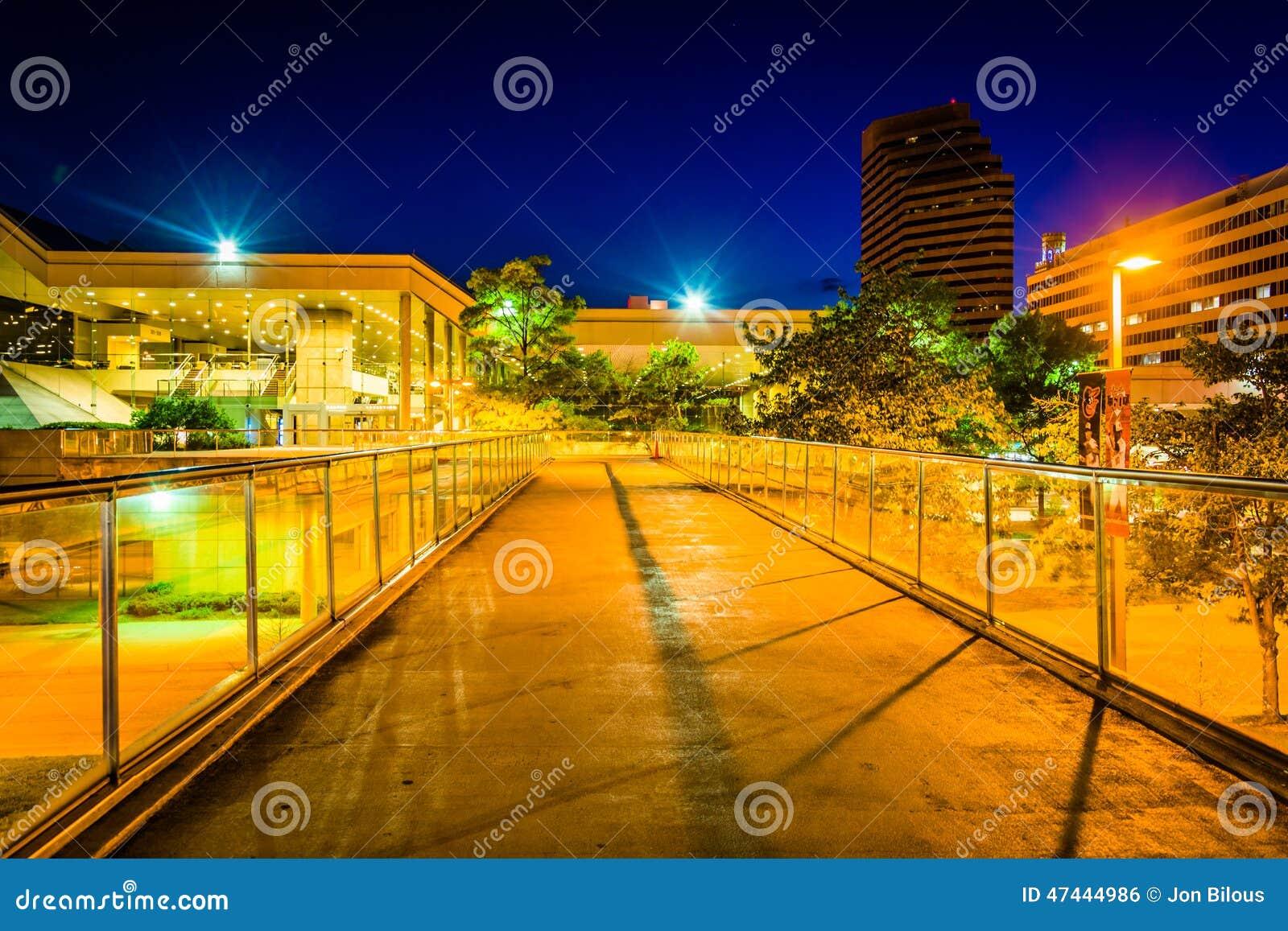 Podwyższony przejście i convention center przy nocą w Baltimore