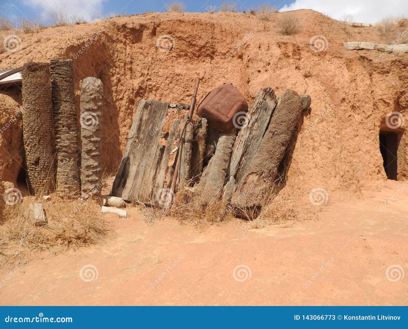 Podziemne troglodyta jamy Berbers w saharze, Matmata, Tunezja, Afryka, na jasnym dniu