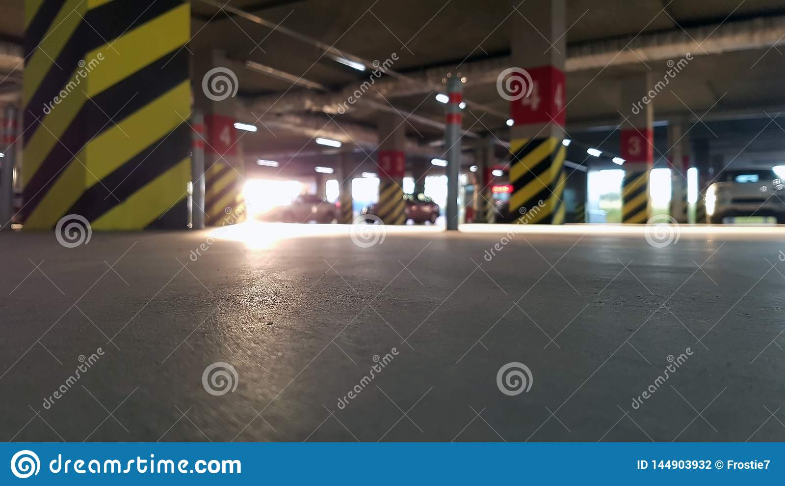 Podziemny parking z samochodami na słonecznym dniu