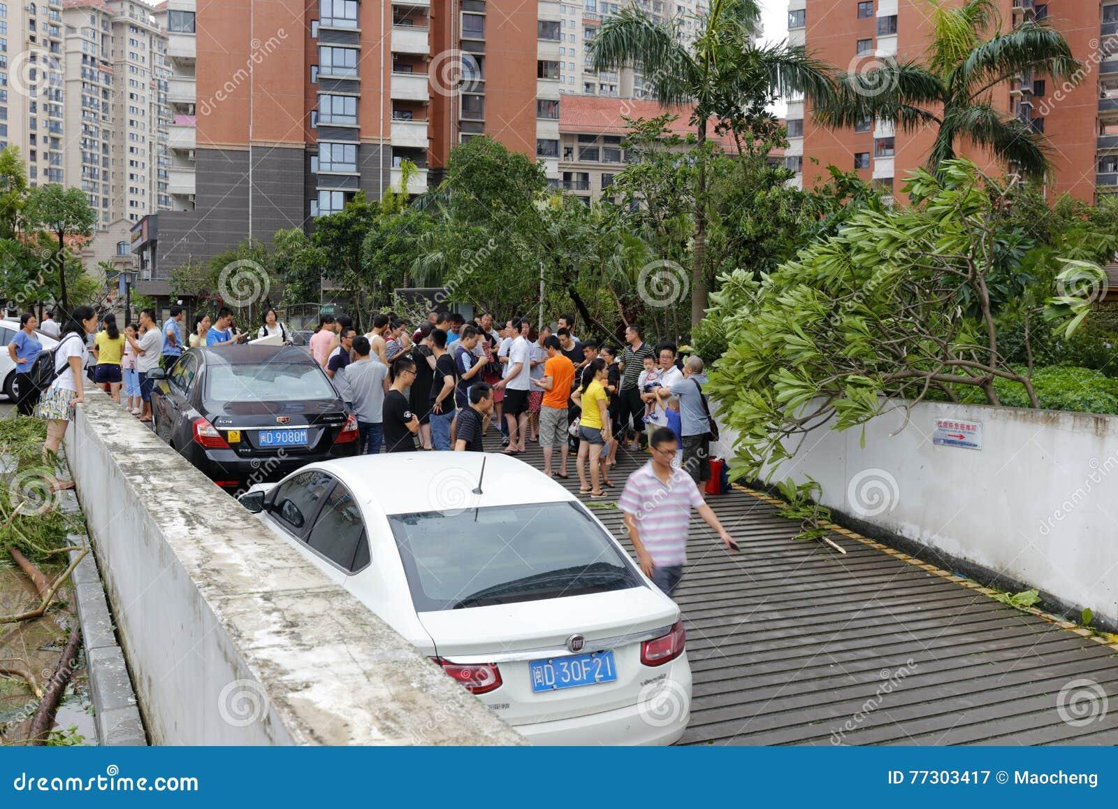 Podziemny parking zalewający ludzie gromadzenia się przy wejściem