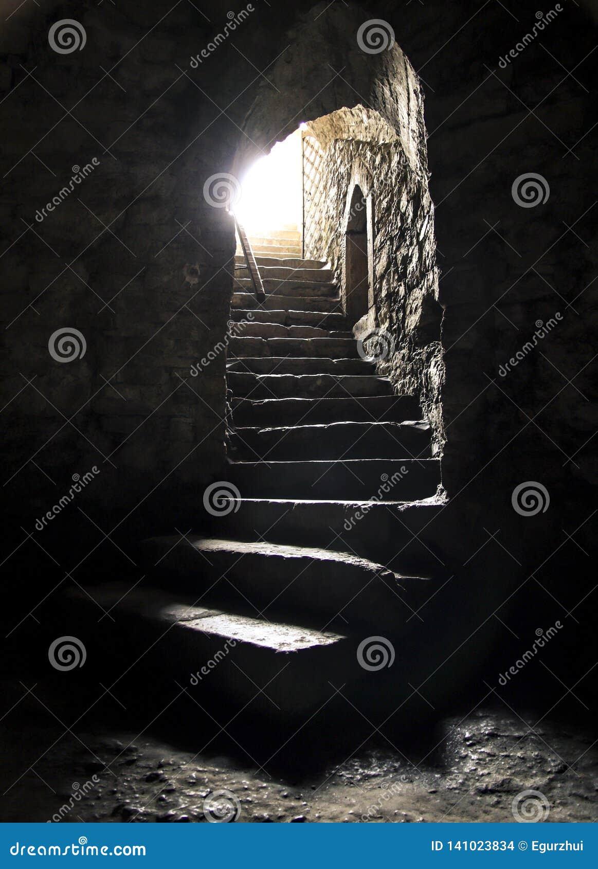 Podziemny pokój z jaskrawym lekkim jaśnieniem przy końcówką schody Widzię światło przy końcówką tunelowy pojęcie