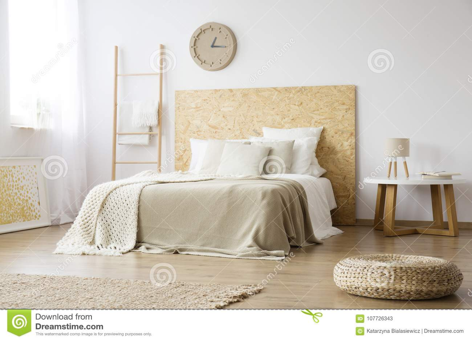 Bruine Slaapkamer Muur : Poef in natuurlijke bruine slaapkamer stock afbeelding
