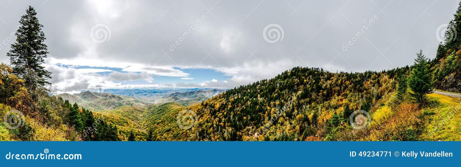 Pogodna panorama od punktu obserwacyjnego na Błękitnym grani Parkway