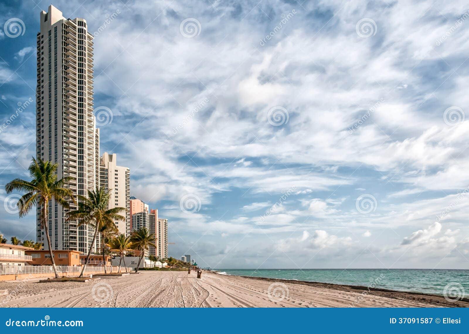 Download Pogodna wyspy plaża obraz stock. Obraz złożonej z piasek - 37091587