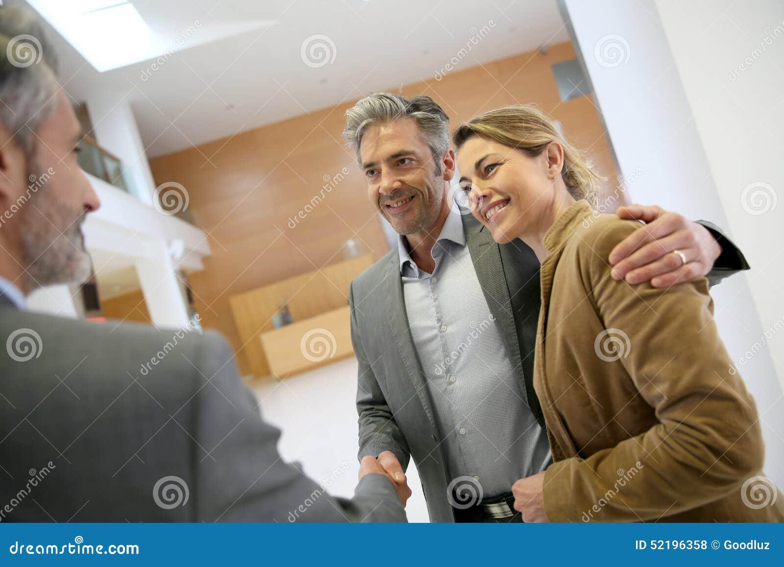 Poignée de main après accord réussi avec des clients