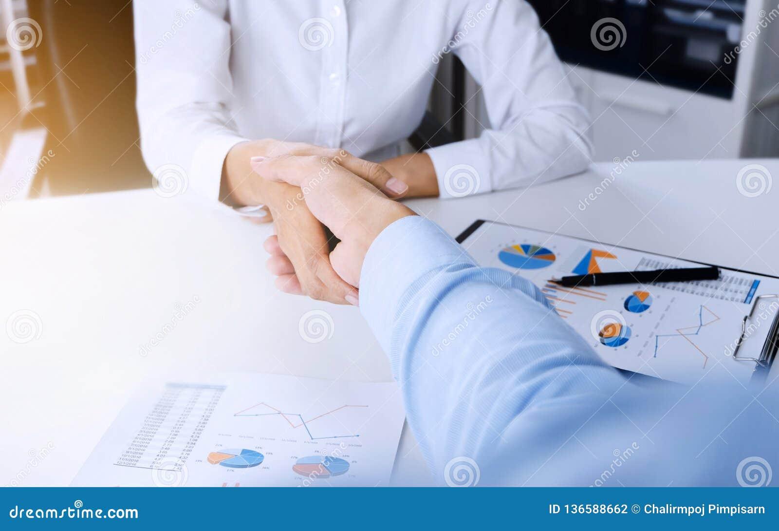 Poignée de main de CEO de cadres commerciaux au lieu de réunion